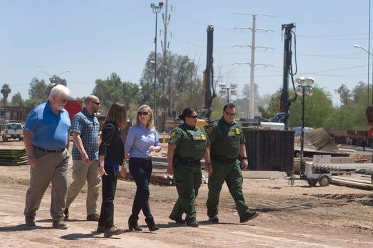 La Secretaria de Seguridad Nacional estadounidense, Kirstjen M. Nielsen (c), visita la construcción del muro fronterizo entre México y EE.UU.