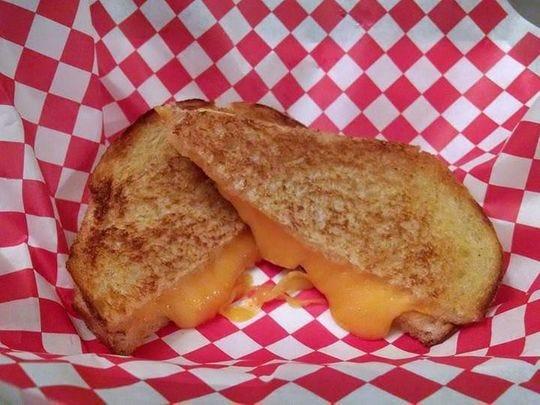 Un queso asado del camión de comida de 2 Fat Guys Grilled Cheese.