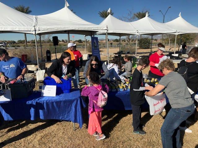 Voluntarios y familias llegan y ponen su granito arena.
