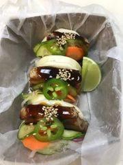 Bonzai Boyz bollos o tacos asiáticos.