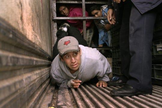 Indocumentados centroamericanos son detenidos por la policía de inmigración mexicana cuando pretendían ingresar ilegalmente al país escondidos en un camión que transportaba limones.