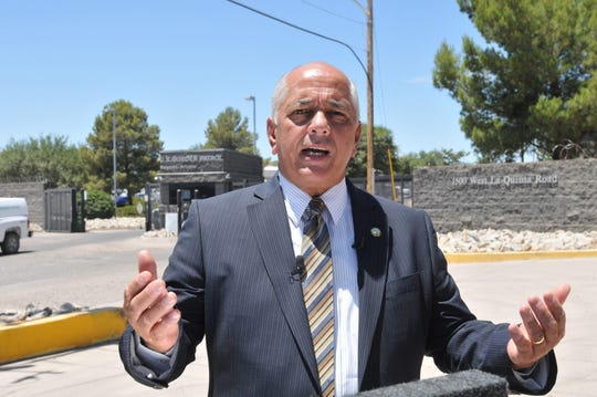 El alcalde de la ciudad de Nogales, Arturo Garino, habla con la prensa frente a la entrada de las instalaciones de la Patrulla Fronteriza en Nogales, Arizona.