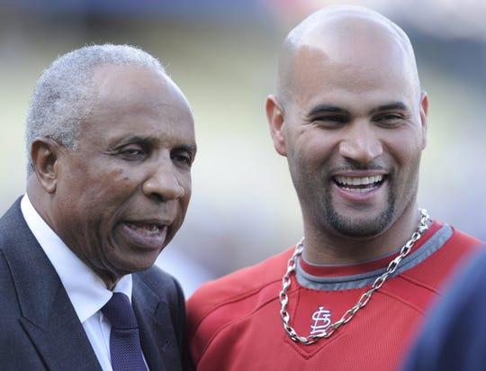 La leyenda del béisbol Frank Robinson (L) sonríe junto a Albert Pujols de los Cardenales de San Luis, en octubre del 2009.