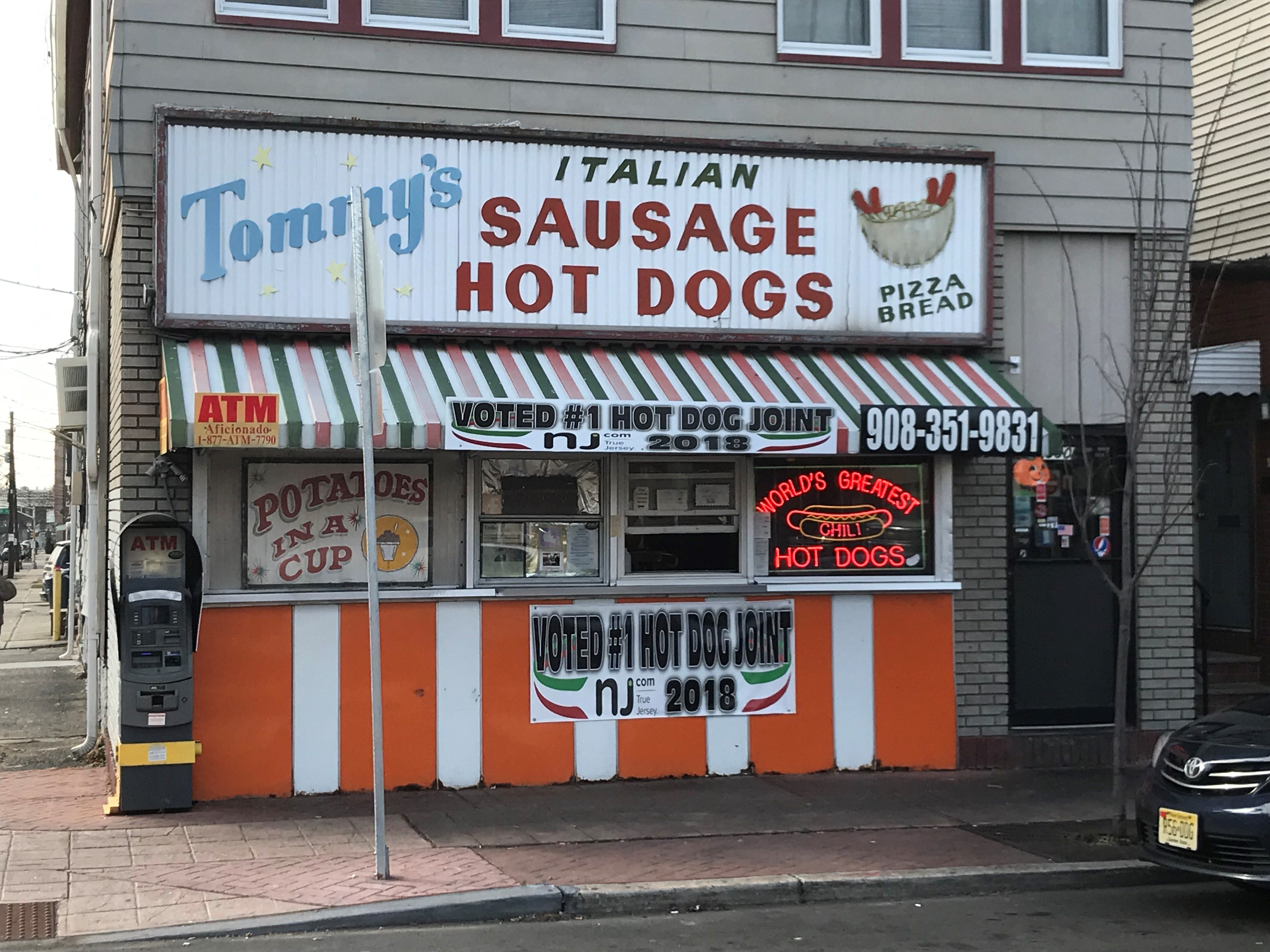 At Tommy's you order at the counter and take your food to go – there is no inside.