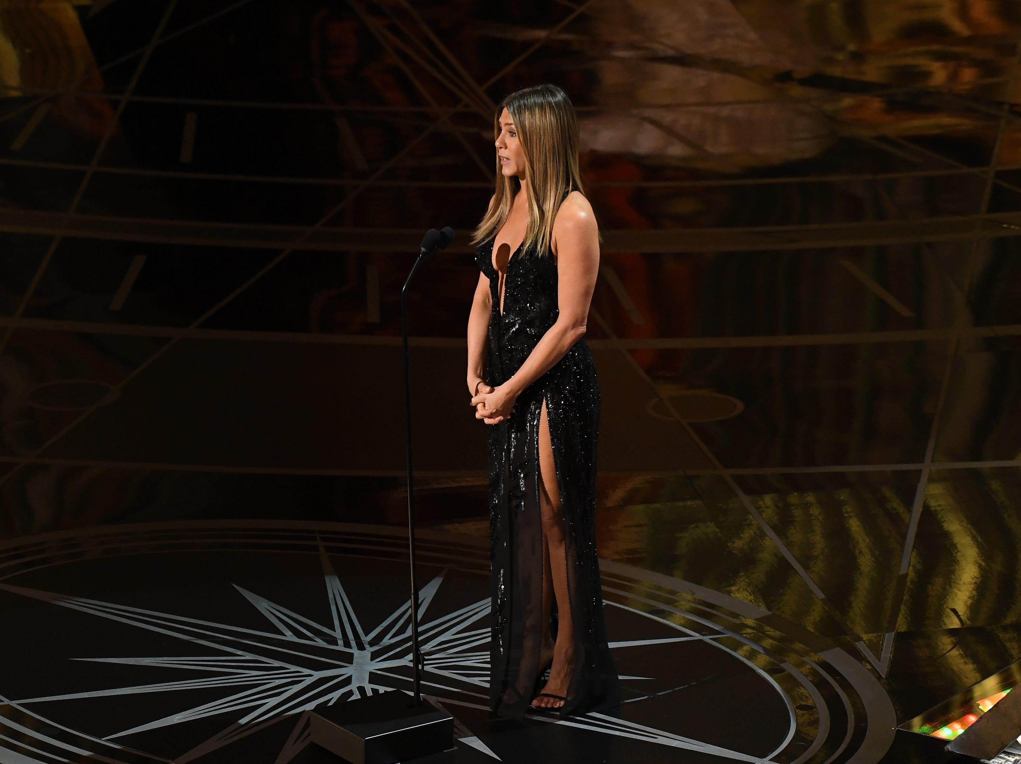 Aniston presents the In Memorium segment at the 2017 Academy Awards.