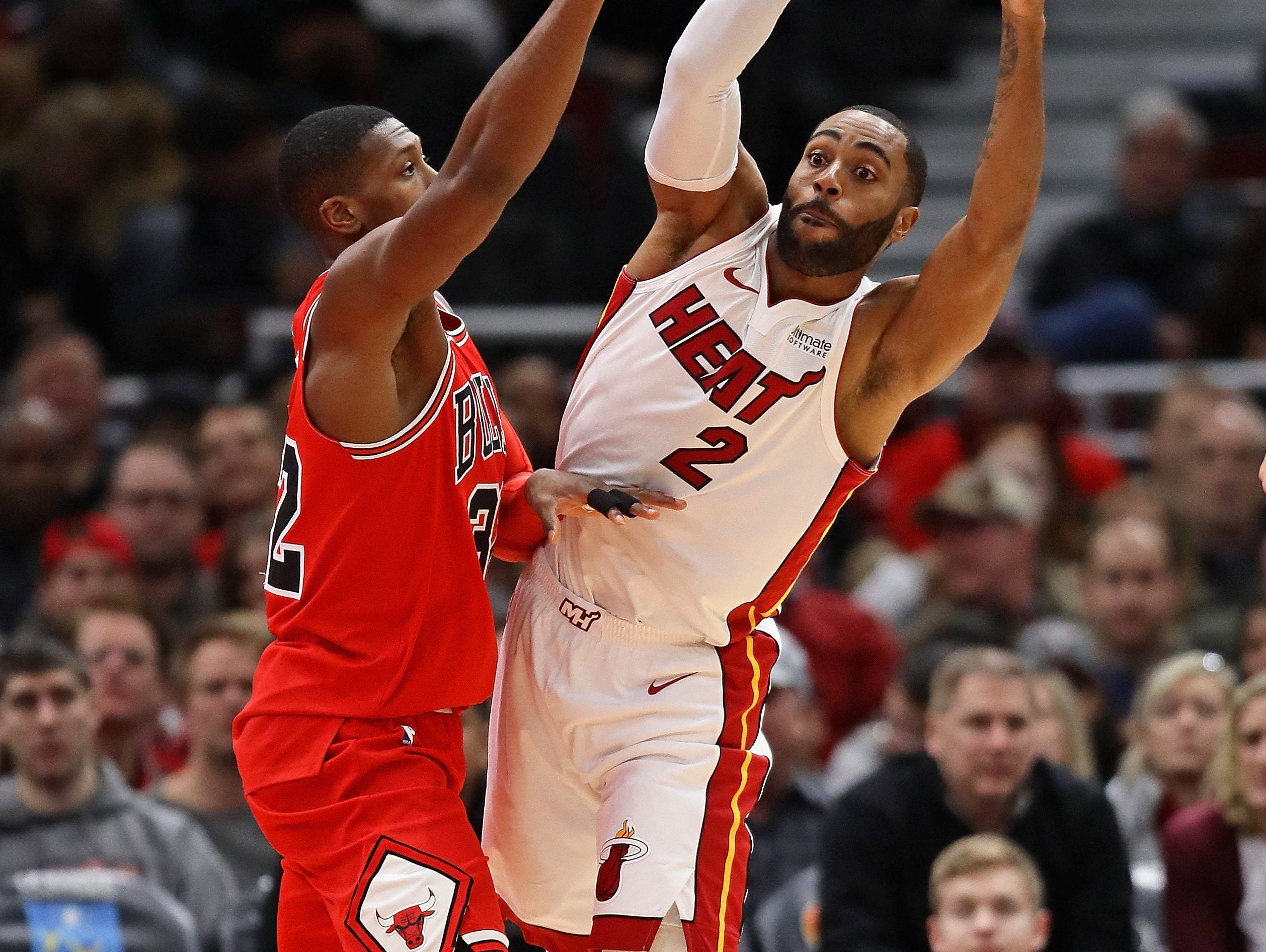Wayne Ellington of the Miami Heat passes under pressure from Kris Dunn of the Chicago Bulls on Jan. 15, 2018.