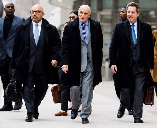 """Los abogados defensores de Joaquín """"El Chapo"""" Guzmán, Ángel Eduardo Balarezo (i), William Purpura (2-i) y Jeffrey Lichtman (3-i), salen de la Corte Federal de los Estados Unidos después de otro día de deliberación del jurado en el caso contra Guzmán, este jueves en Brooklyn, Nueva York."""