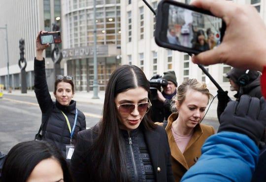 """La esposa de Joaquín """"El Chapo"""" Guzmán, Emma Coronel Aispuro (c), sale de la Corte Federal de los Estados Unidos después de otro día de deliberación del jurado en el caso contra Guzmán, este jueves en Brooklyn, Nueva York."""