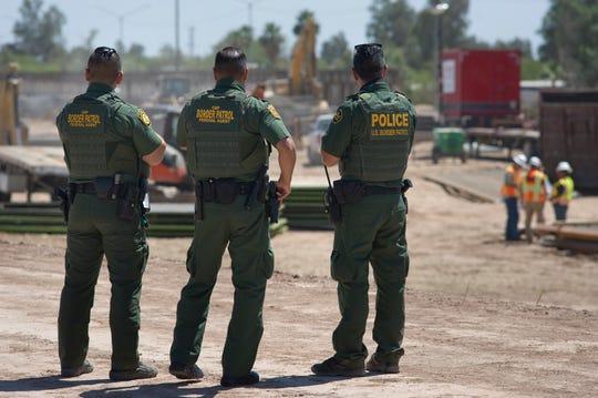 - Agentes de la Patrulla Fronteriza de EE.UU. observan como avanza la construcción del muro fronterizo entre México y EE.UU en Calexico, California.
