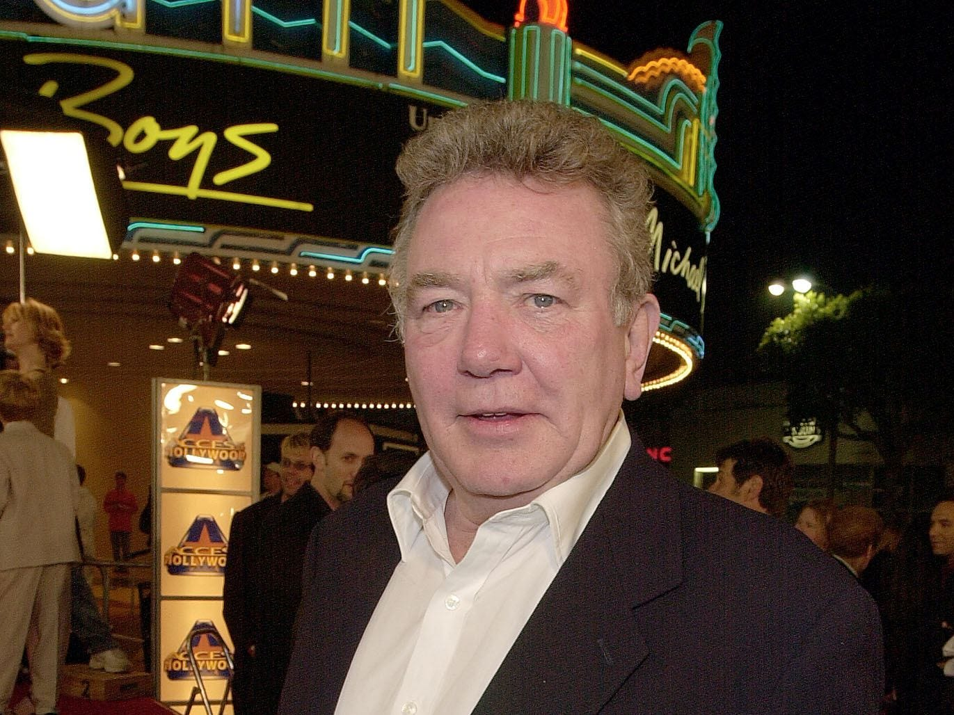 "British actor Albert Finney arrives to attend the premiere of his new film ""Erin Brockovich"" in Los Angeles, March, 14, 2000."