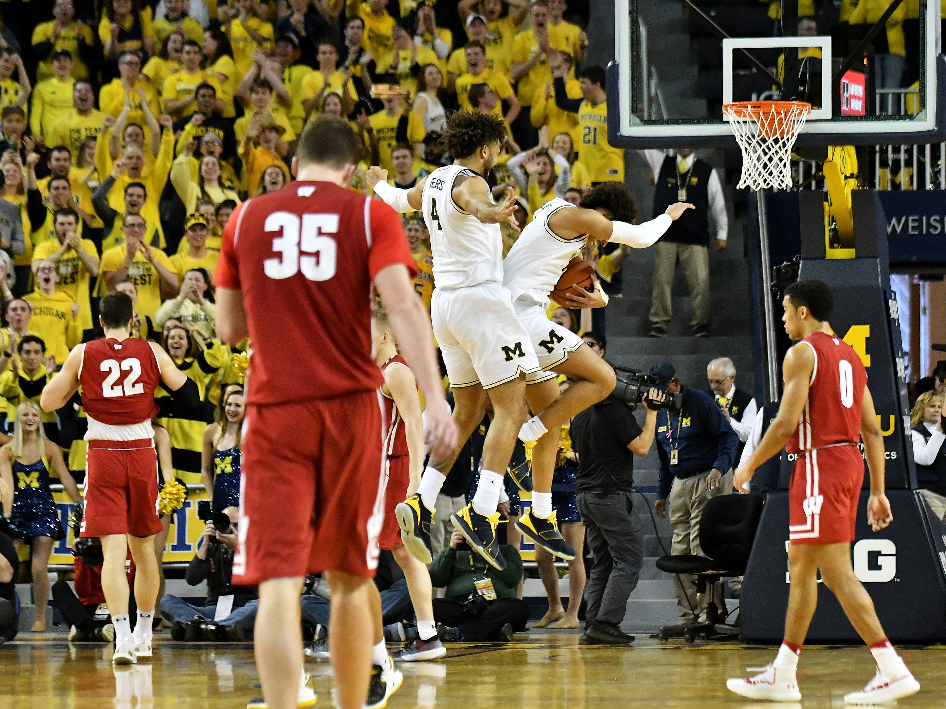 Michigan forward Isaiah Livers (4) and Michigan guard Jordan Poole (2) celebrate late in the second half.