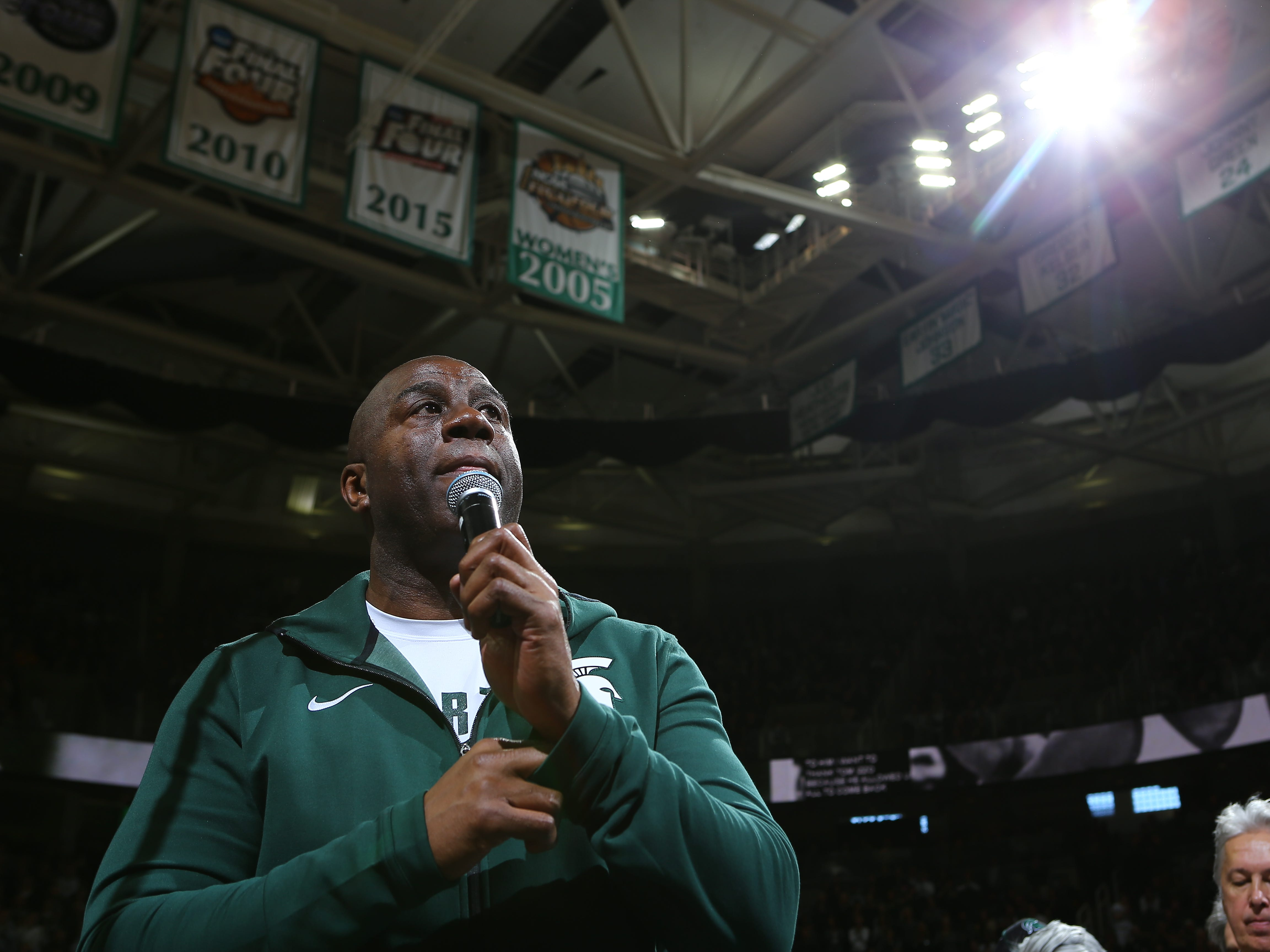 "NBA legend and former Michigan State star Earvin ""Magic"" Johnson speaks to the crowd during halftime."