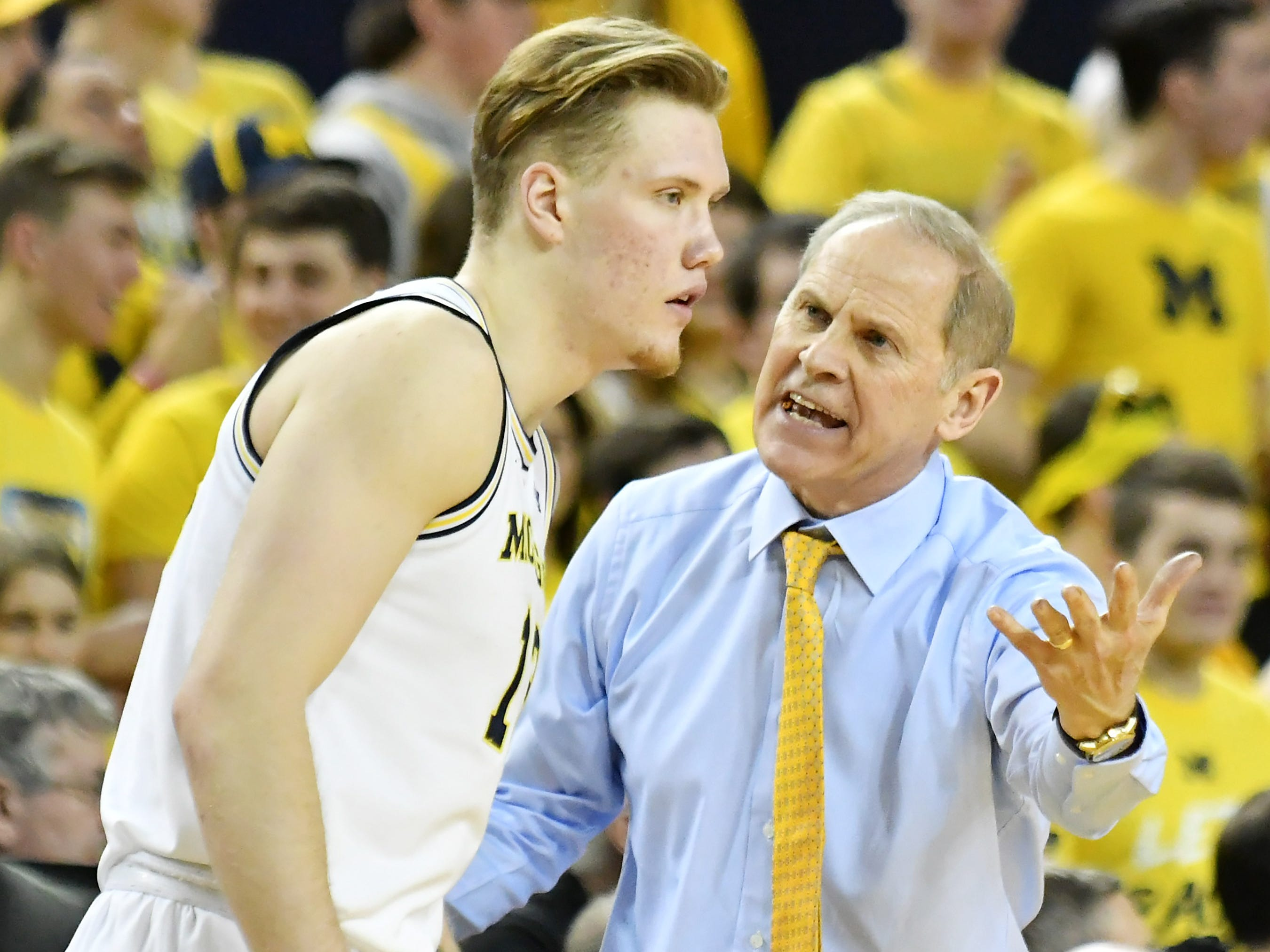 Michigan head coach John Beilein talks with Michigan forward Ignas Brazdeikis (13) in the second half.
