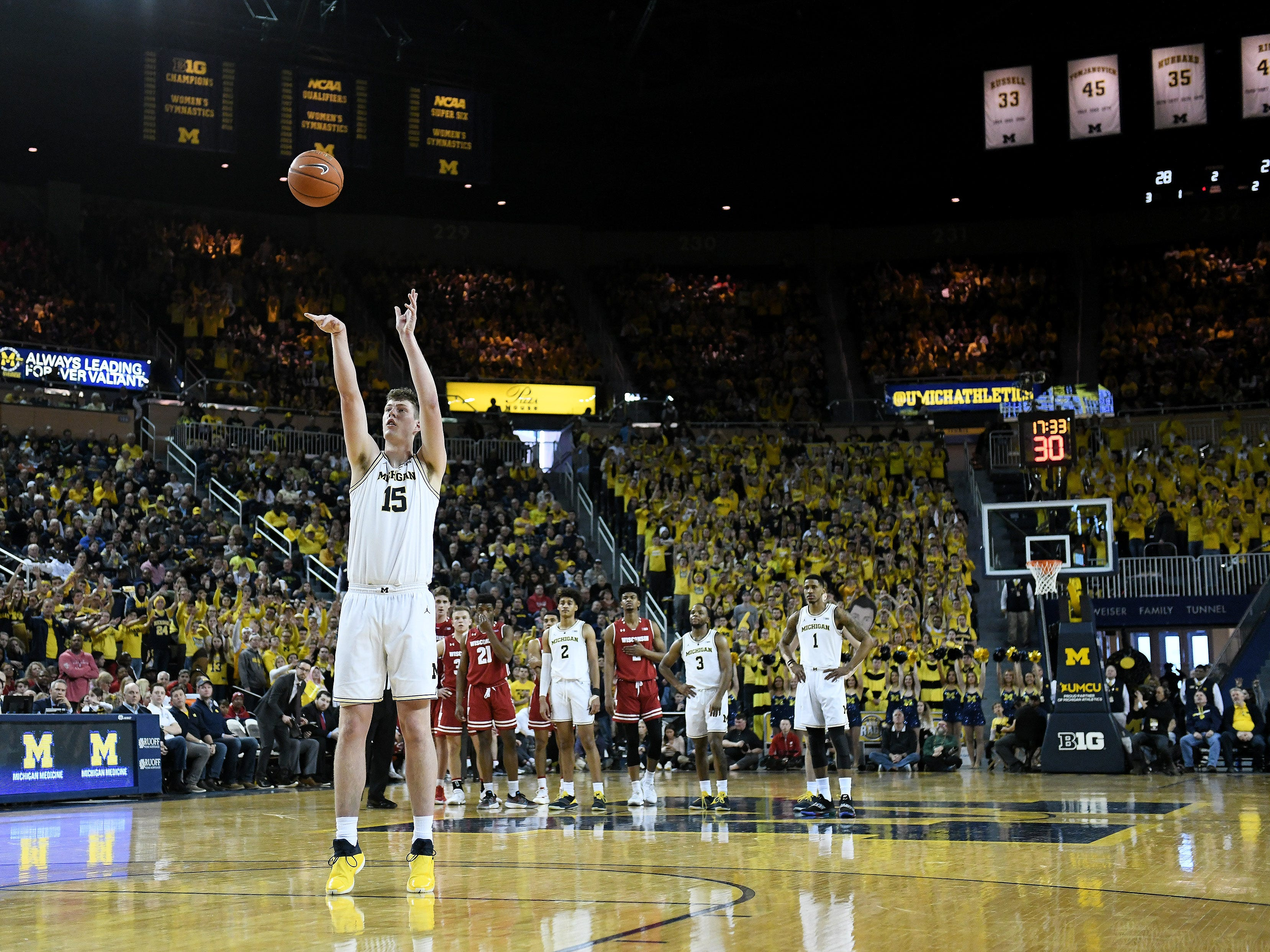 Michigan center Jon Teske (15) shoots and makes a flagrant foul free throw in the second half.