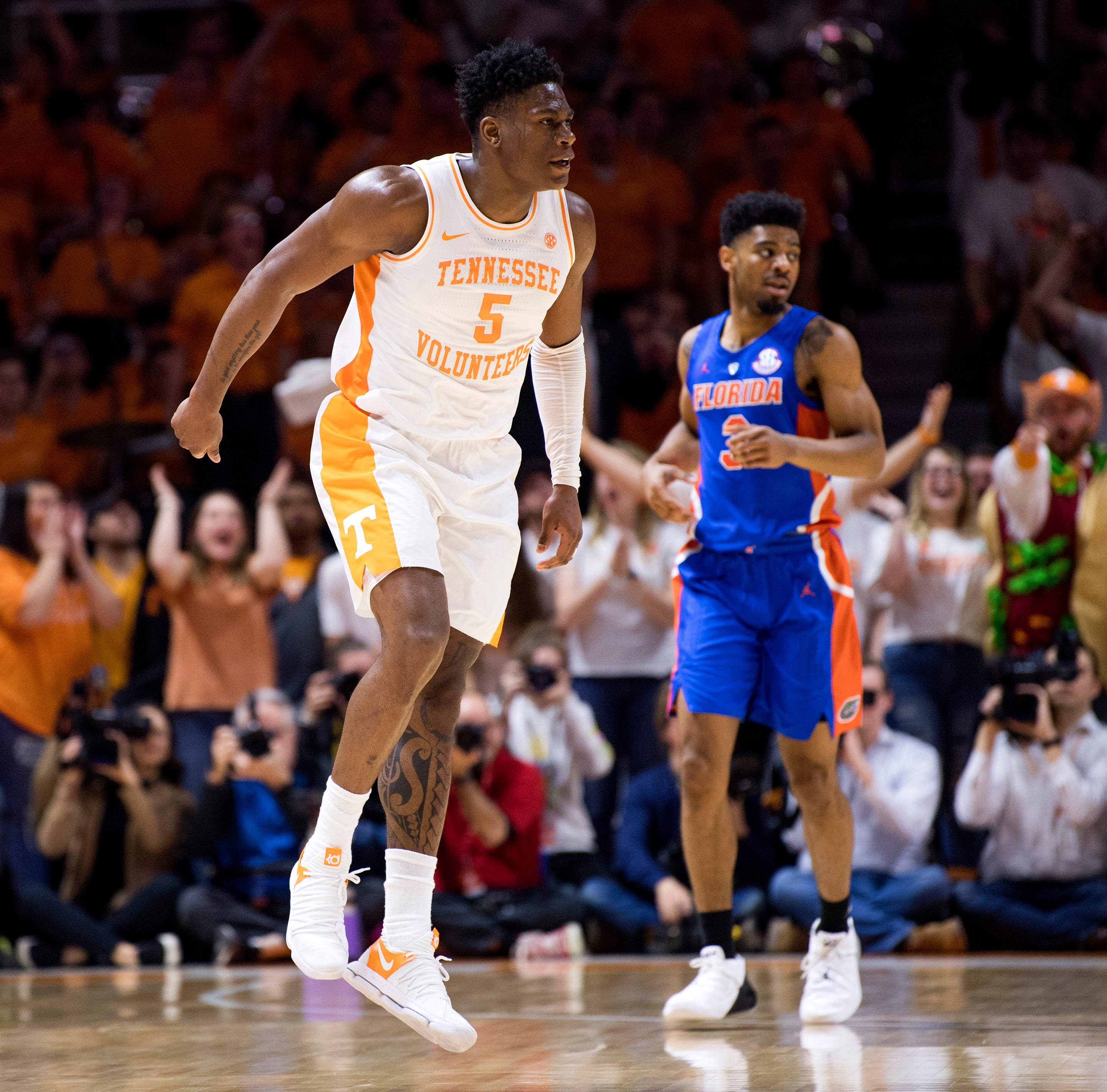 UT Vols: Admiral Schofield dunks Florida away in Tennessee basketball's 18th straight win