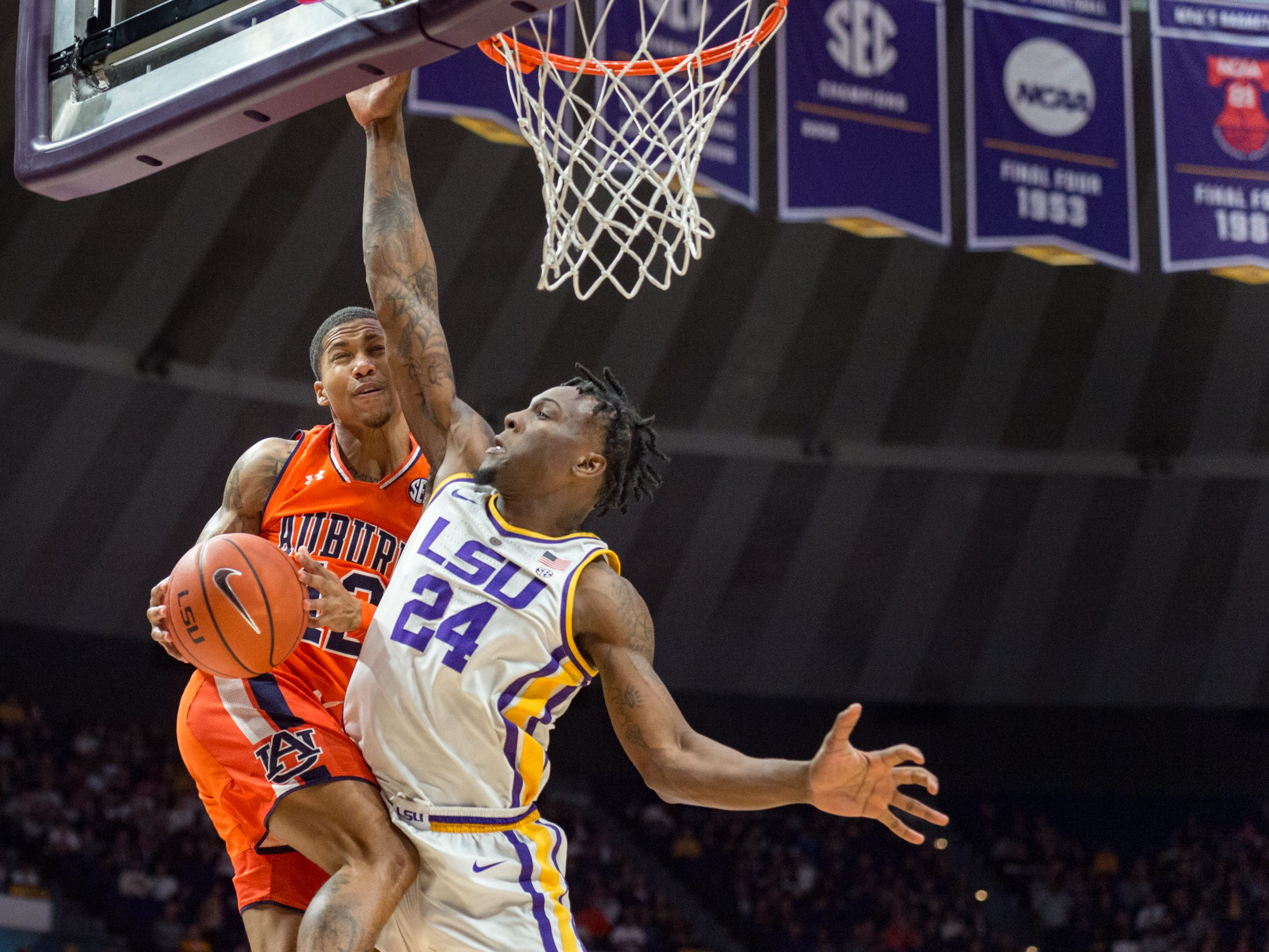 J'Von McCormick takes it to the basket as Emmitt Williams defends as the LSU Tigers take down the Auburn Tigers 83-78. Saturday, Feb. 9, 2019.