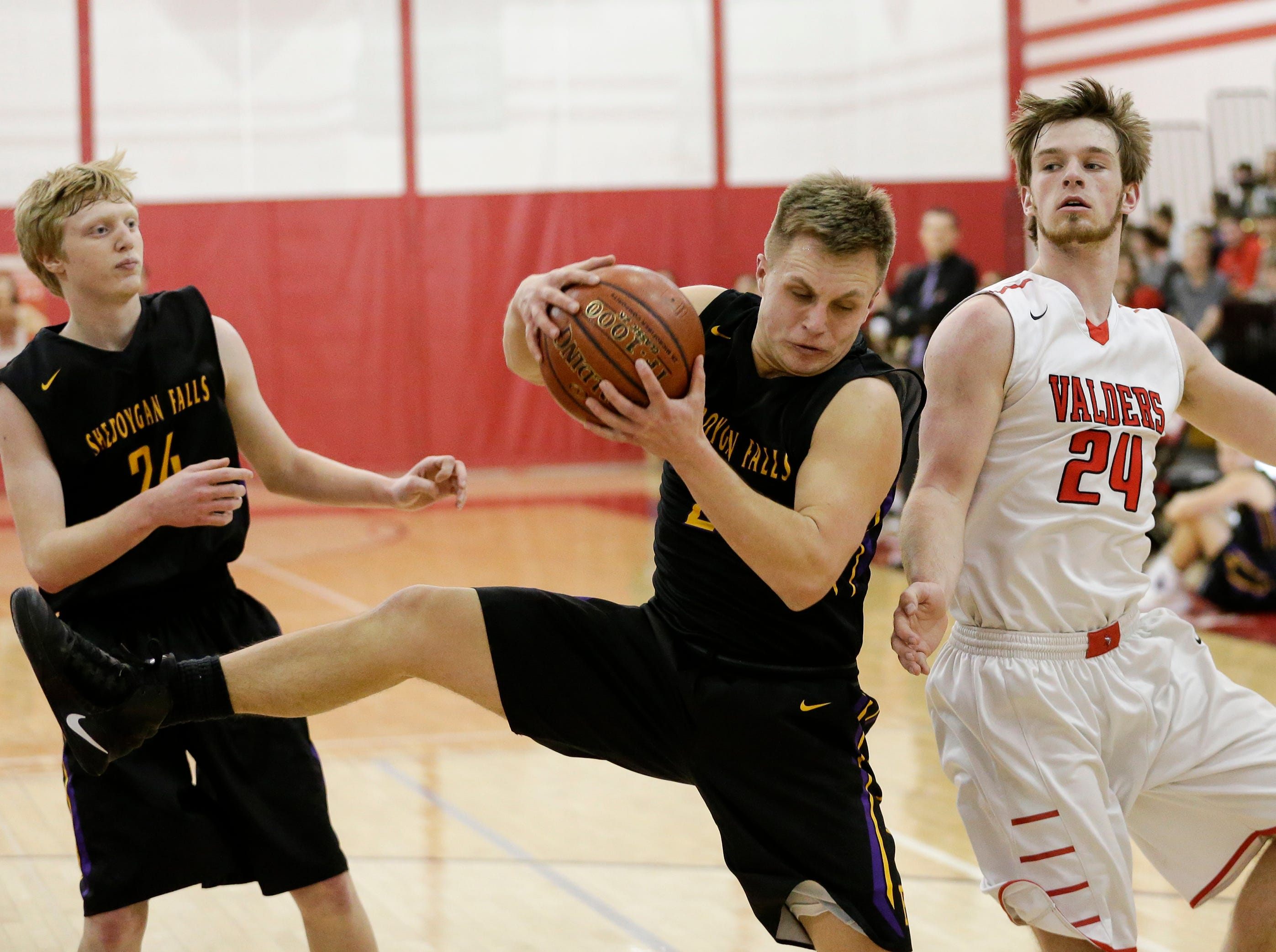 Sheboygan Falls' Alex Schmitt (2) rebounds against Valders at Valders High School Friday, February 8, 2019, in Valders, Wis. Joshua Clark/USA TODAY NETWORK-Wisconsin