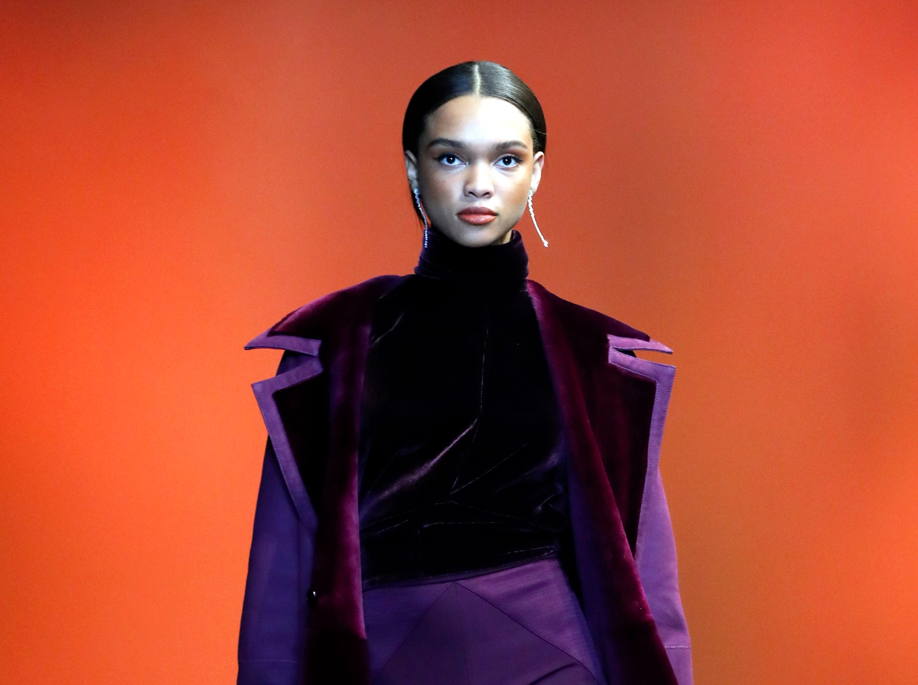 epa07353949 A model presents a creation by US designer Carly Cushnie for her label Cushnie during the New York Fashion Week, in New York, New York, 08 February 2019. The Fall-Winter 2019/20 collections are presented from 06 to 13 February.  EPA-EFE/JASON SZENES ORG XMIT: JSX01