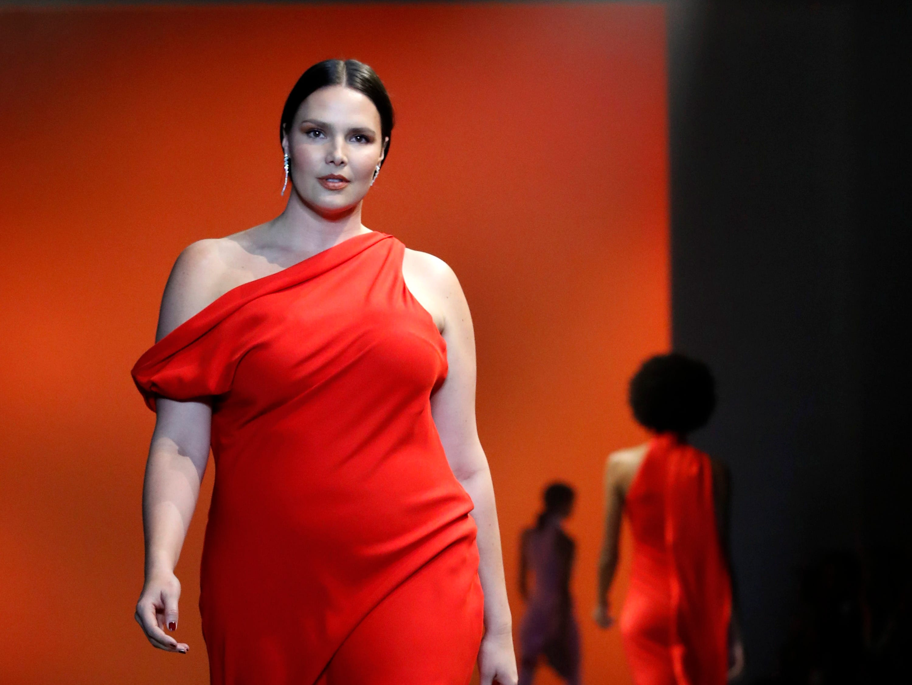 epa07353946 Models present creations by US designer Carly Cushnie for her label Cushnie during the New York Fashion Week, in New York, New York, 08 February 2019. The Fall-Winter 2019/20 collections are presented from 06 to 13 February.  EPA-EFE/JASON SZENES ORG XMIT: JSX01