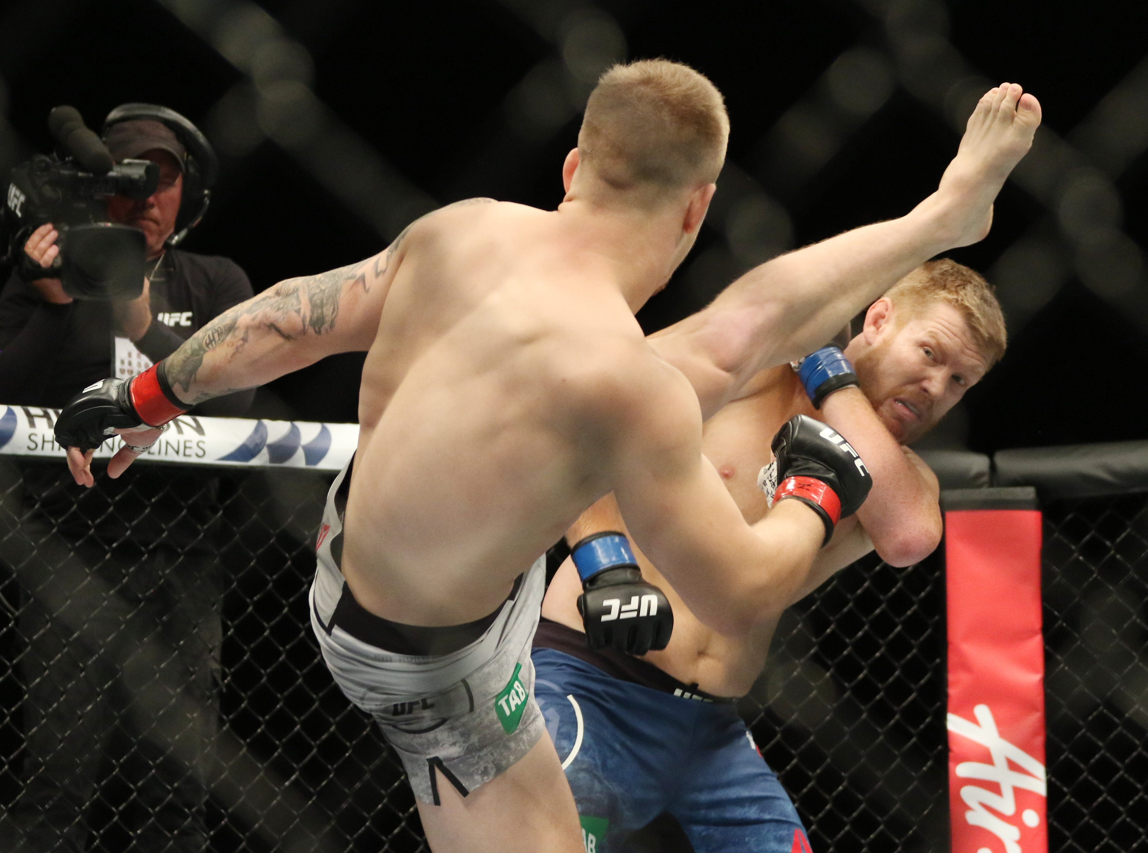 Jimmy Crute (red gloves) and Sam Alvey (blue gloves) fight during UFC 234 at Rod Laver Arena.