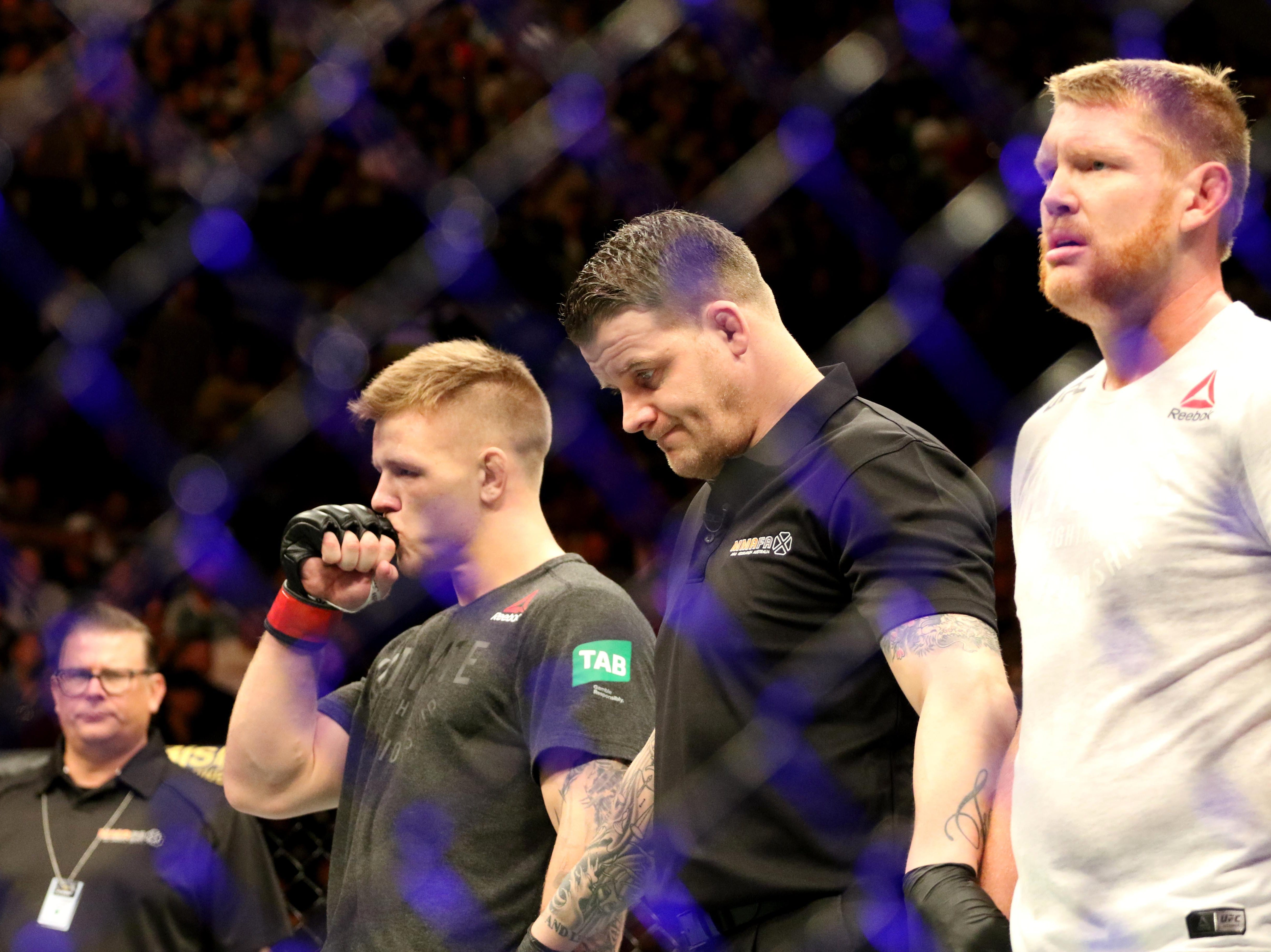 Jimmy Crute (red gloves) defeats Sam Alvey (blue gloves) during UFC 234 at Rod Laver Arena.