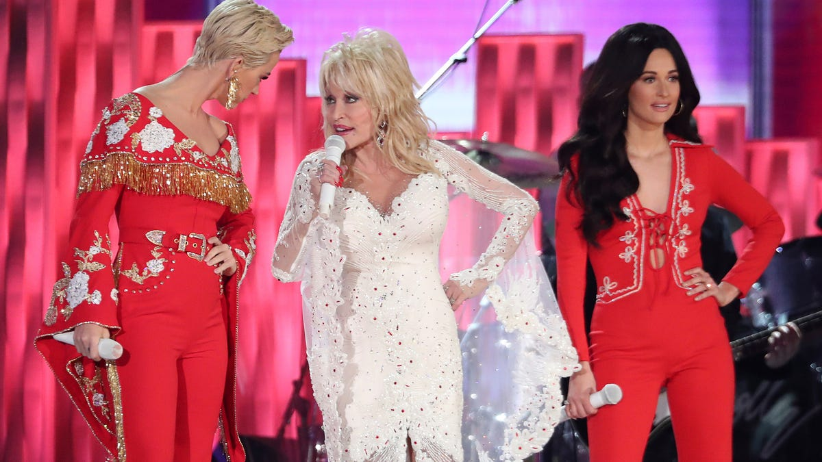 Photos Dolly Parton Performs At Grammys With Miley Cyrus Katy Perry