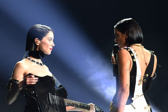 US musician St. Vincent (L) and English singer-songwriter Dua Lipa perform onstage during the 61st Annual Grammy Awards on February 10, 2019, in Los Angeles. (Photo by Robyn Beck / AFP)        (Photo credit should read ROBYN BECK/AFP/Getty Images)