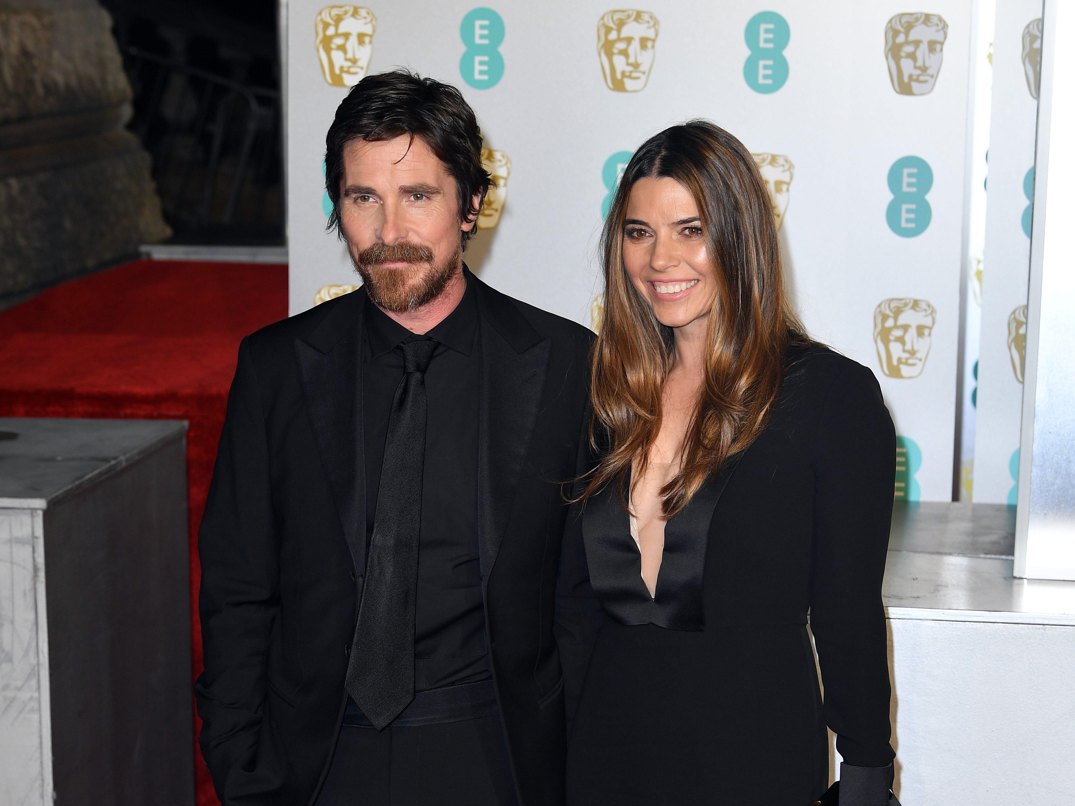 Christian Bale (izq) y Sibi Blazic a su llegada a la alfombra roja de los Premios de la Academia Británica de Cine BAFTA en el Royal Albert Hall en Londres el 10 de febrero de 2019.