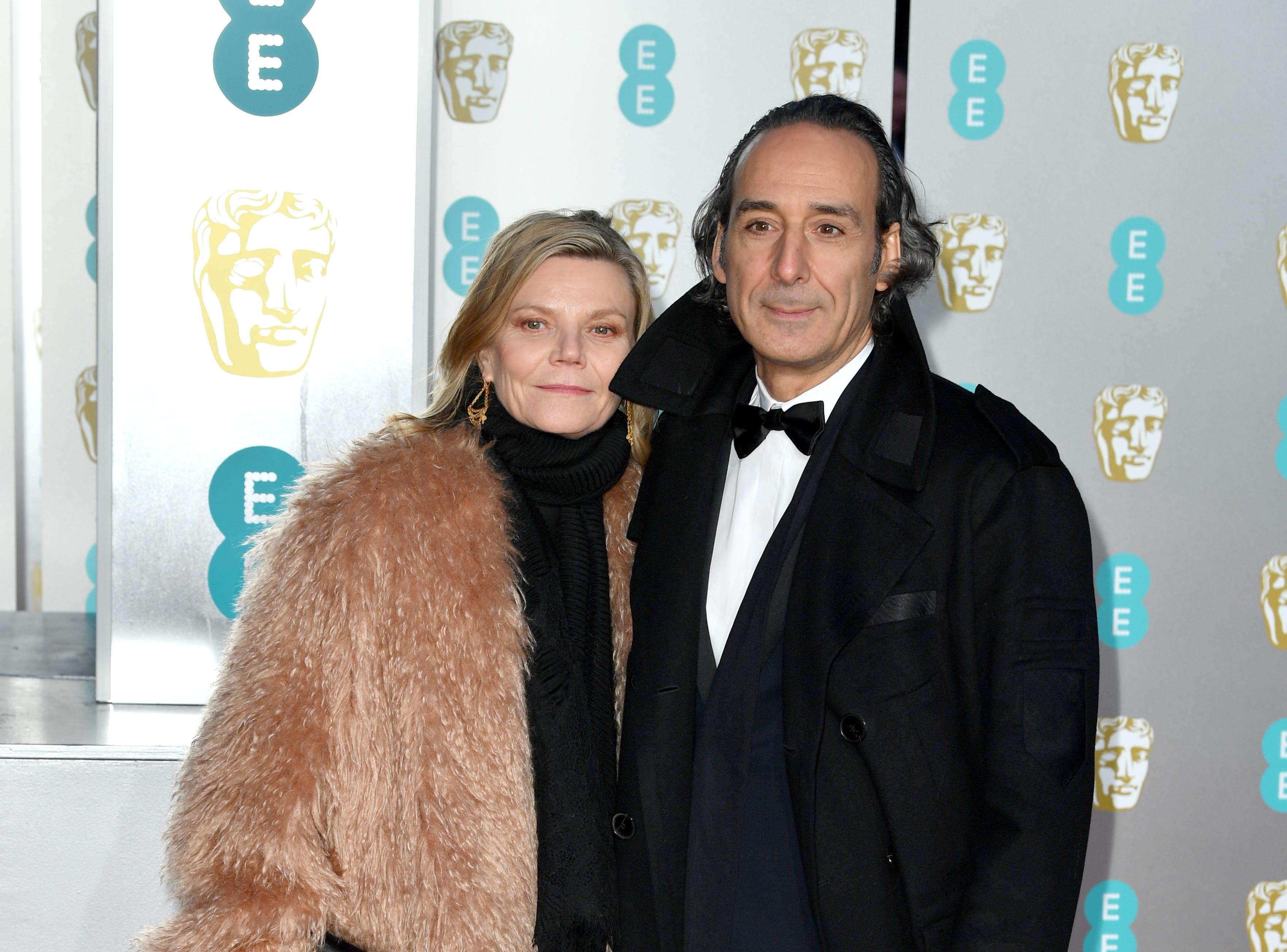 Alexandre Desplat  y Dominique Lemonnier a su llegada a la alfombra roja de los Premios de la Academia Británica de Cine BAFTA en el Royal Albert Hall en Londres el 10 de febrero de 2019.
