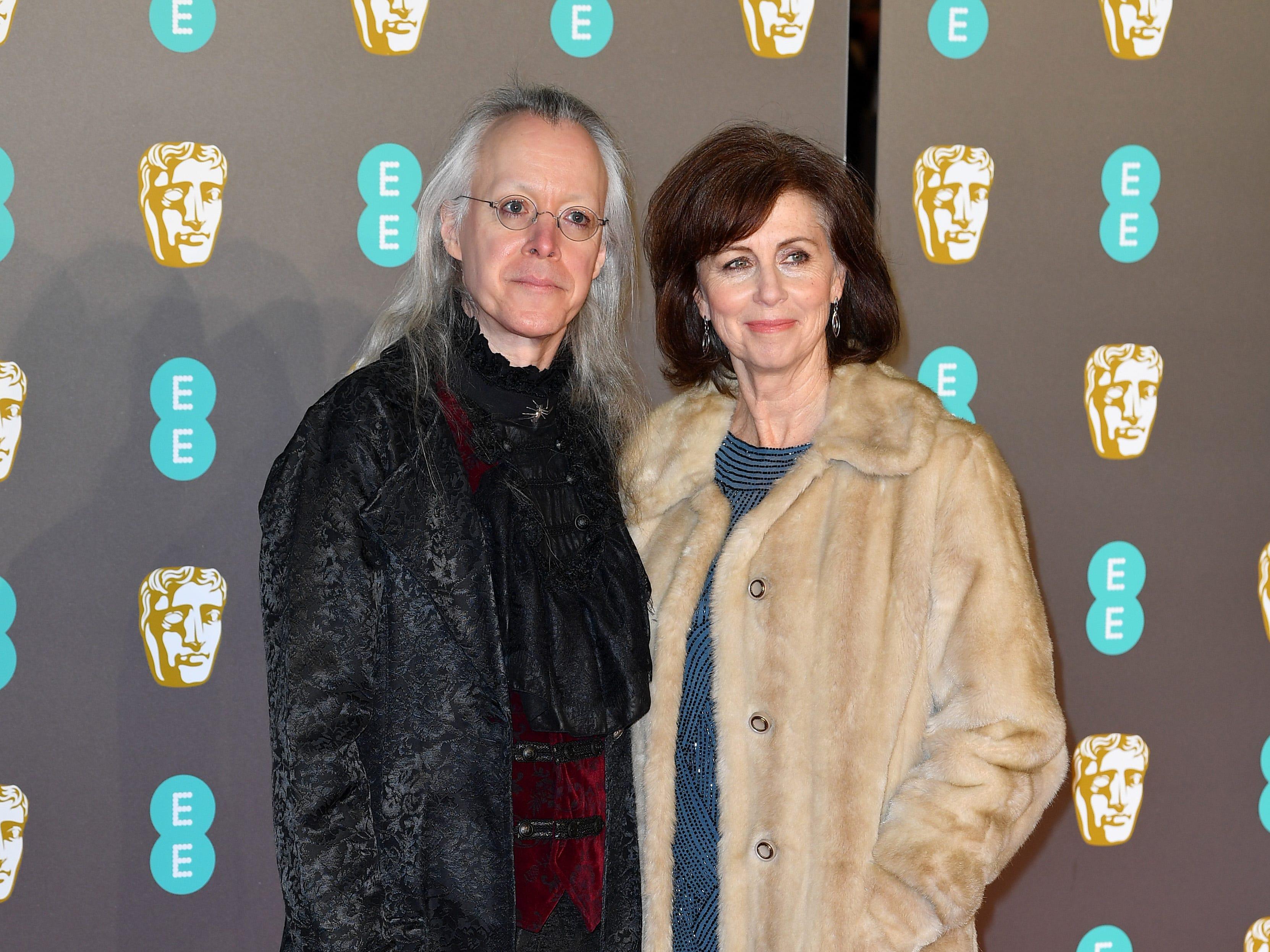 Nicole Paradis Grindle y su acompañante a su llegada a la alfombra roja de los Premios de la Academia Británica de Cine BAFTA en el Royal Albert Hall en Londres el 10 de febrero de 2019.