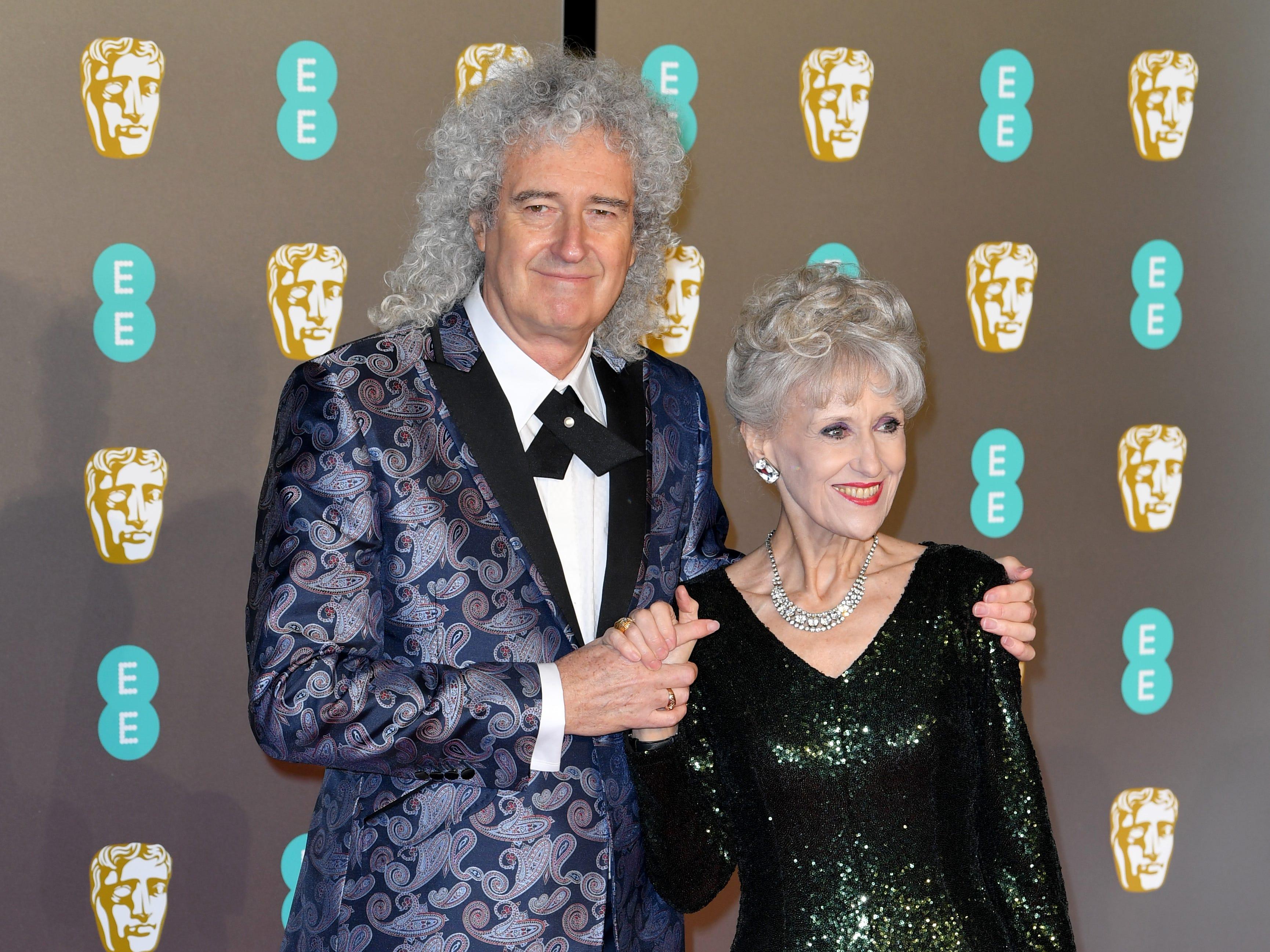 Brian May (izq) y Anita Dobson a su llegada a la alfombra roja de los Premios de la Academia Británica de Cine BAFTA en el Royal Albert Hall en Londres el 10 de febrero de 2019.