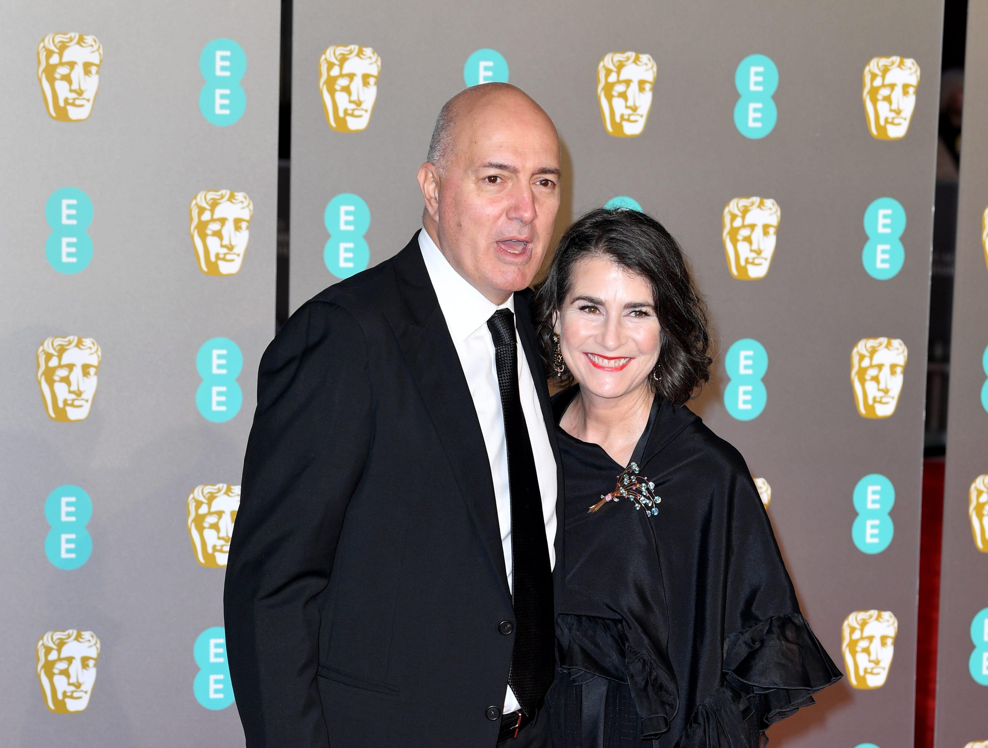 Roger Guyett y su invitada a su llegada a la alfombra roja de los Premios de la Academia Británica de Cine BAFTA en el Royal Albert Hall en Londres el 10 de febrero de 2019.