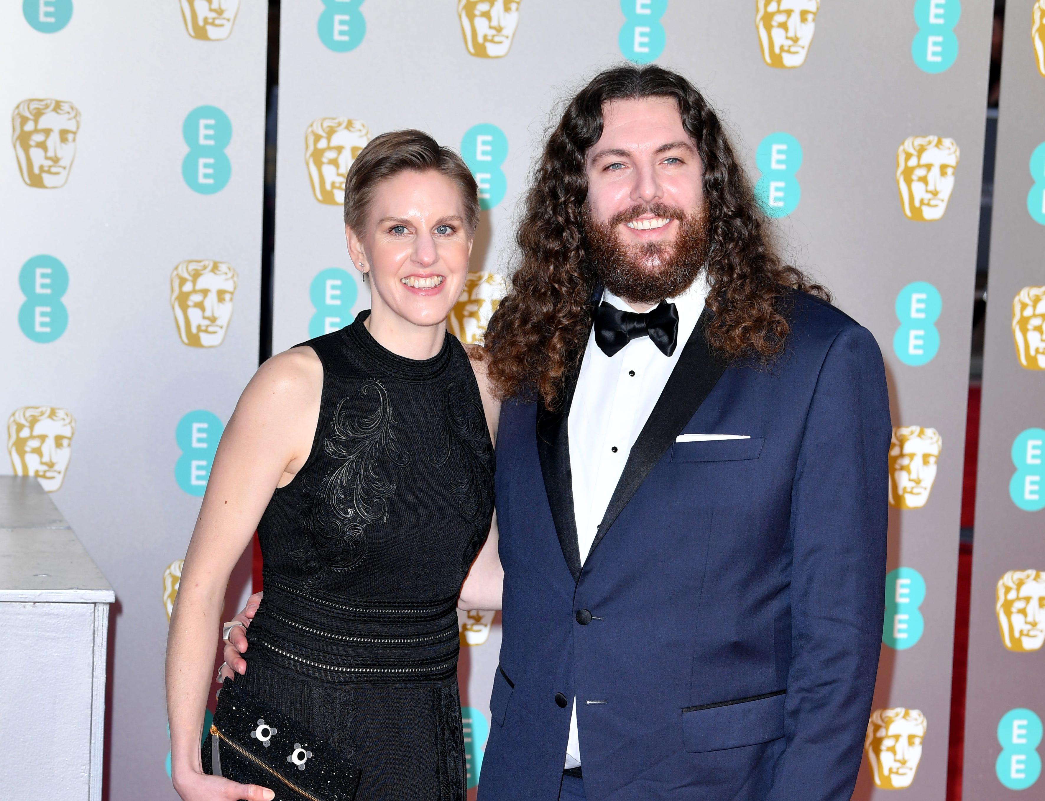 Adam Gough (der) a su llegada a la alfombra roja de los Premios de la Academia Británica de Cine BAFTA en el Royal Albert Hall en Londres el 10 de febrero de 2019.