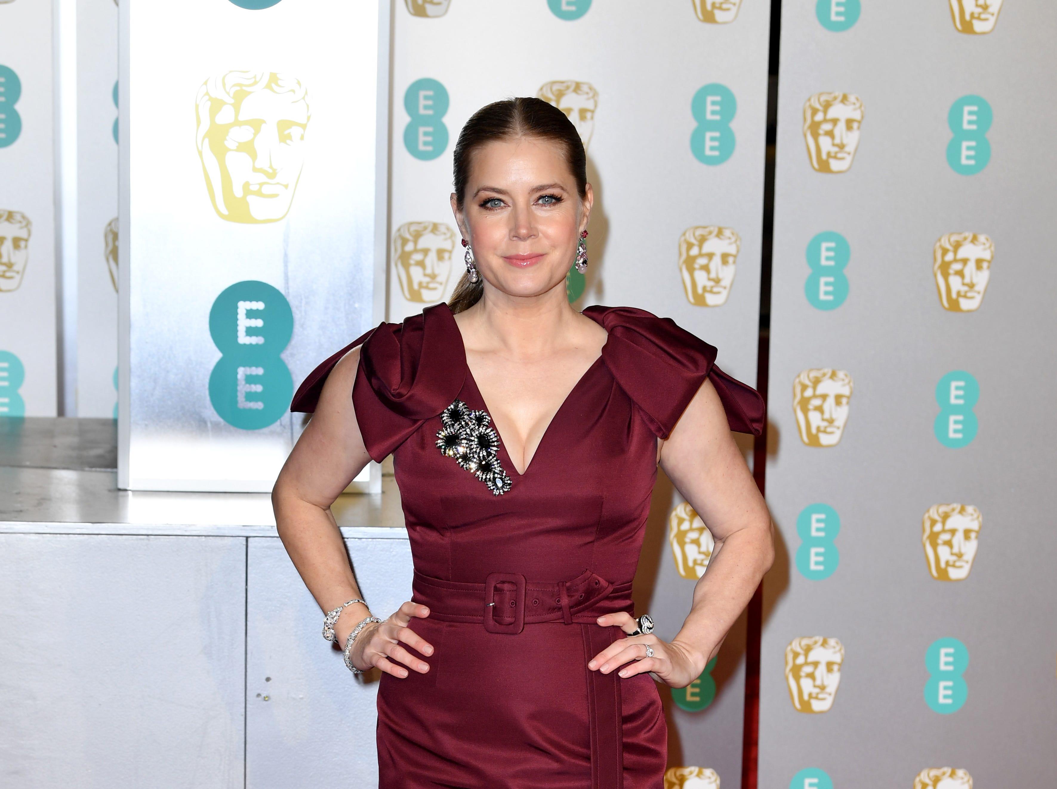 Amy Adams a su llegada a la alfombra roja de los Premios de la Academia Británica de Cine BAFTA en el Royal Albert Hall en Londres el 10 de febrero de 2019.