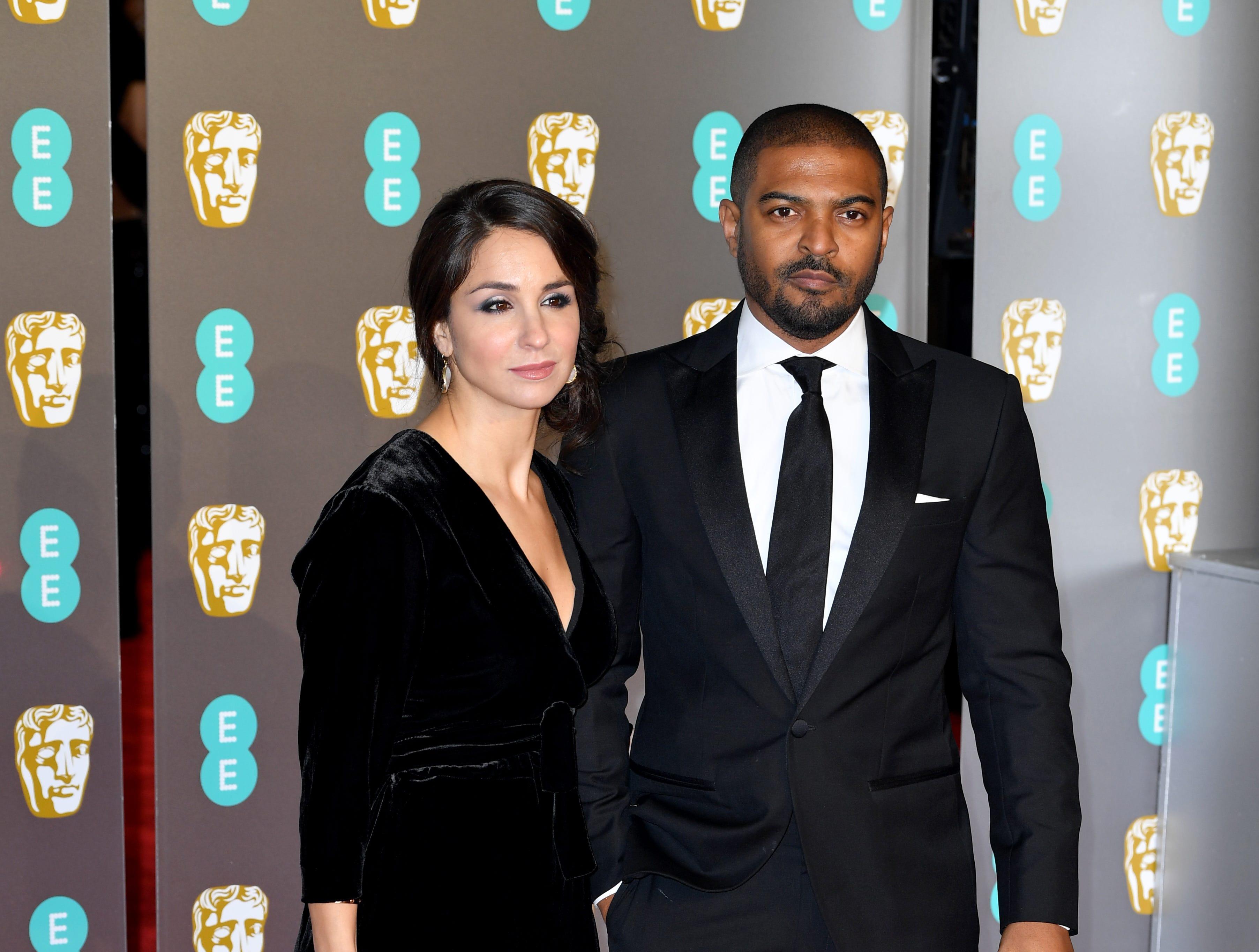 Noel Clarke (der) e Iris Clarke a su llegada a la alfombra roja de los Premios de la Academia Británica de Cine BAFTA en el Royal Albert Hall en Londres el 10 de febrero de 2019.
