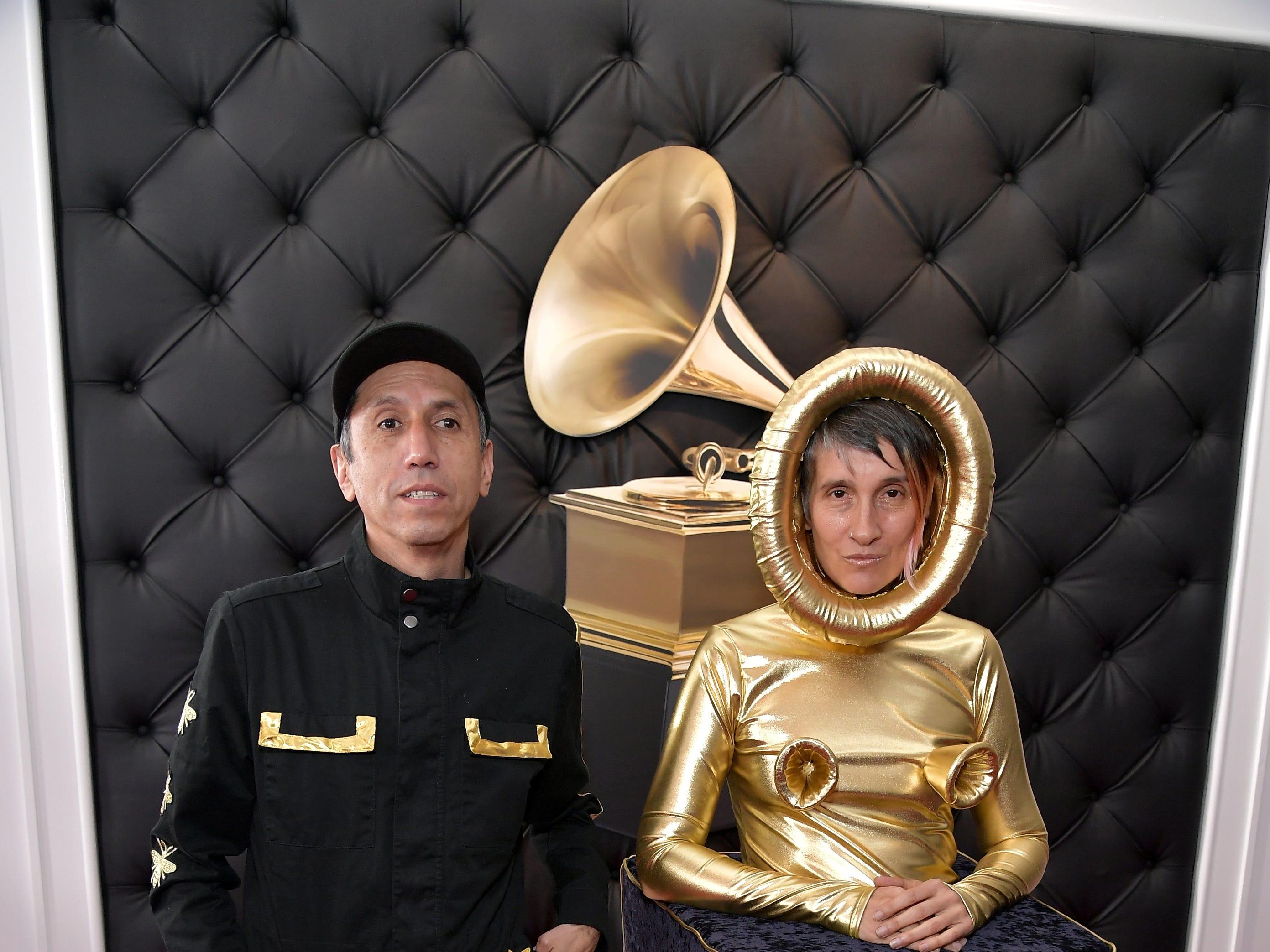 Hector Buitrado (izq) y Andrea Echeverry de Aterciopelados asisten a la 61ª edición de los premios GRAMMY en el Staples Center el 10 de febrero de 2019 en Los Ángeles, California.