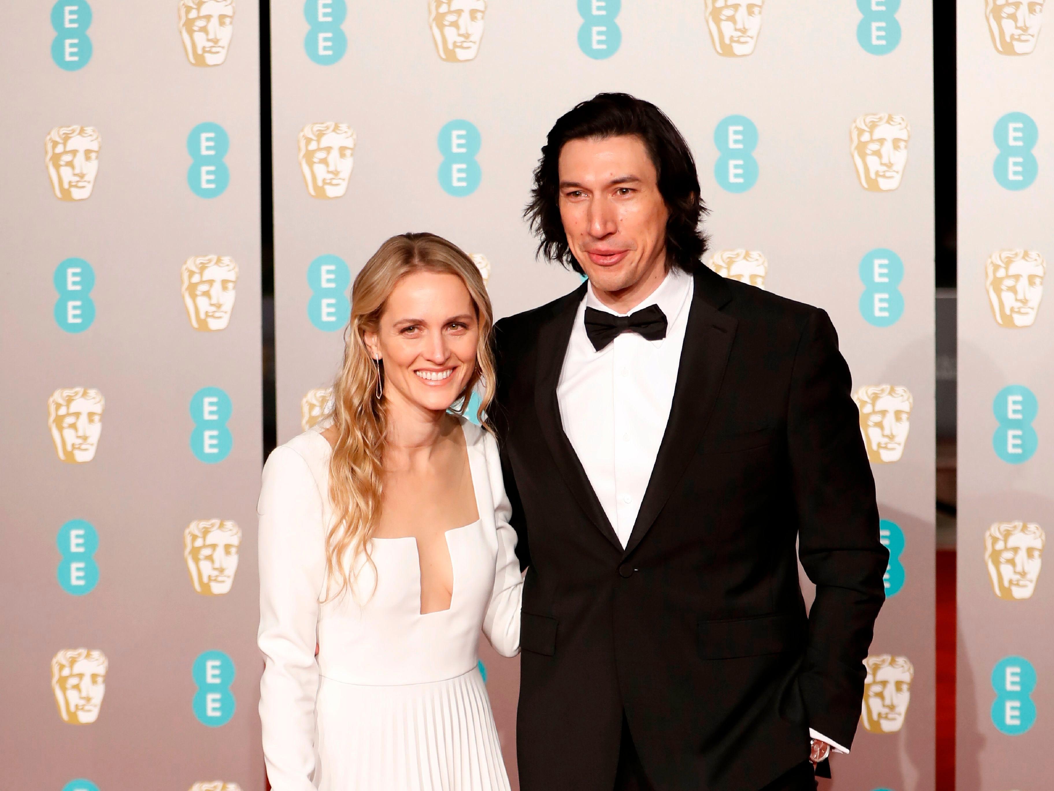 Joanne Tucker (izq) y Adam Driver (der) a su llegada a la alfombra roja de los Premios de la Academia Británica de Cine BAFTA en el Royal Albert Hall en Londres el 10 de febrero de 2019.