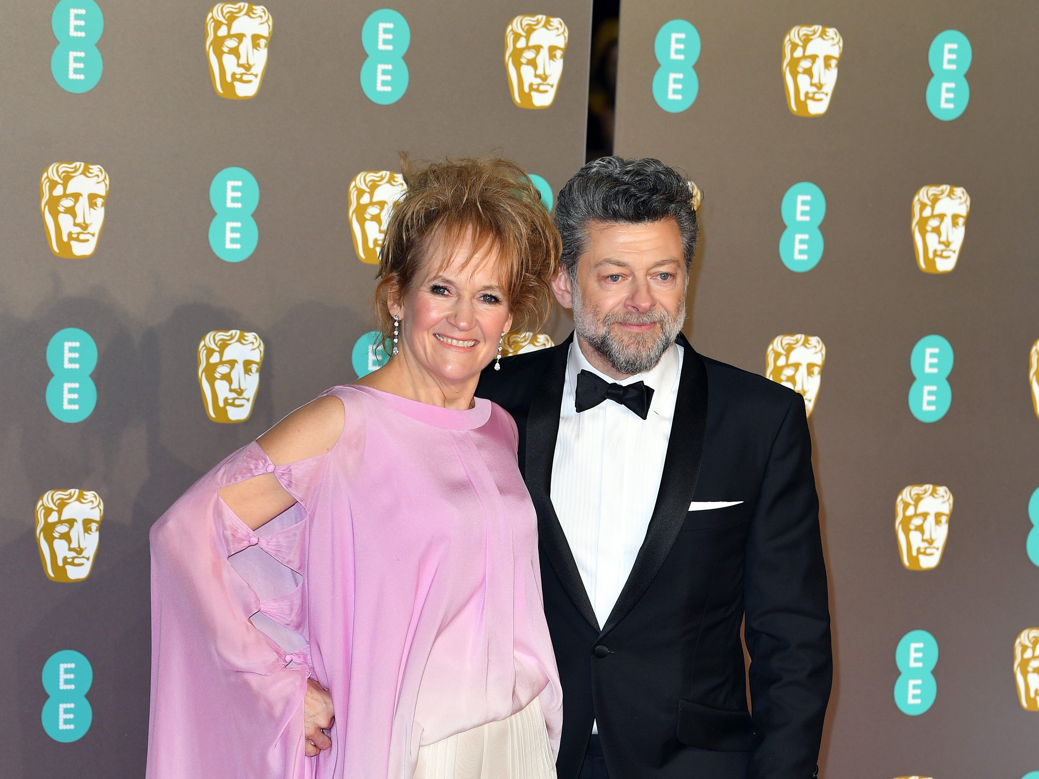 Lorraine Ashbourne y Andy Serkis a su llegada a la alfombra roja de los Premios de la Academia Británica de Cine BAFTA en el Royal Albert Hall en Londres el 10 de febrero de 2019.