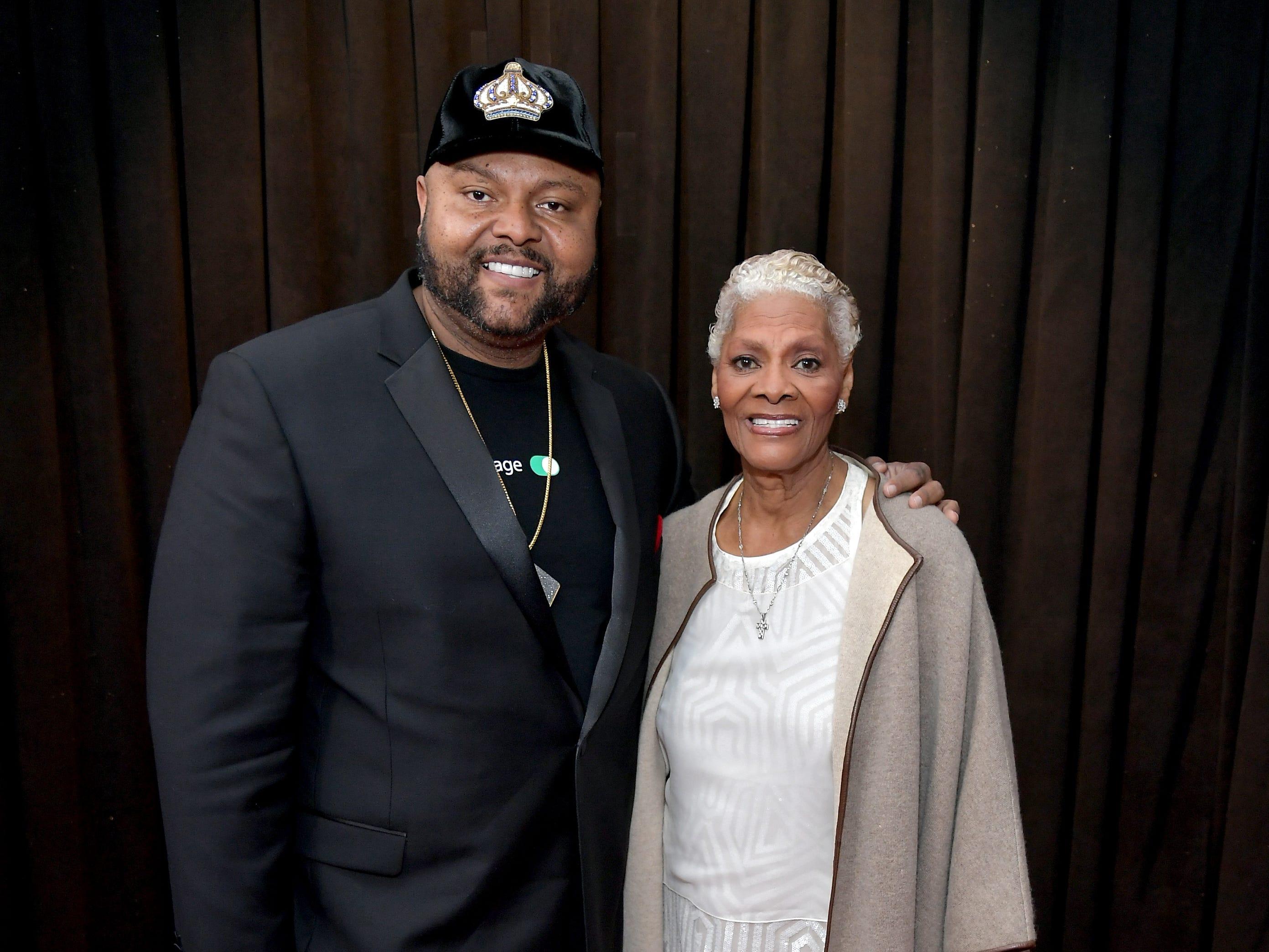 Damon Elliott y Dionne Warwick asisten a la 61ª edición de los premios GRAMMY en el Staples Center el 10 de febrero de 2019 en Los Ángeles, California.