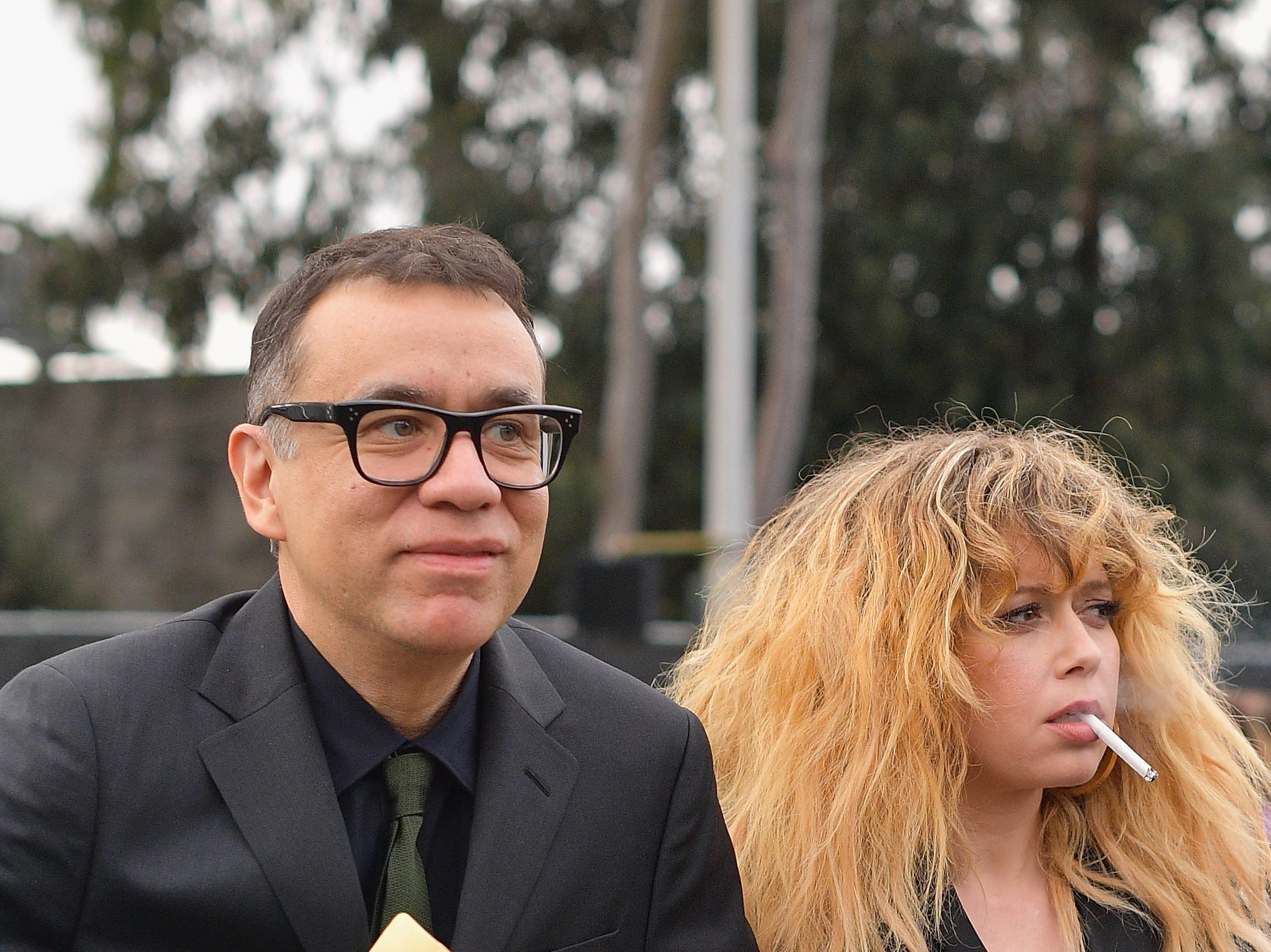Fred Armisen (izq) y Natasha Lyonne asisten a la 61ª edición de los premios GRAMMY en el Staples Center el 10 de febrero de 2019 en Los Ángeles, California.