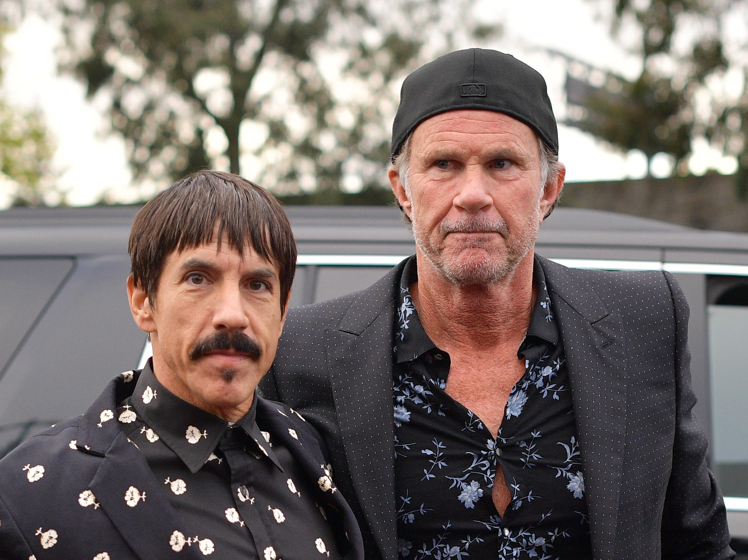 Anthony Kiedis (izq) y Chad Smith de Red Hot Chili Peppers asisten a la 61ª edición de los premios GRAMMY en el Staples Center el 10 de febrero de 2019 en Los Ángeles, California.