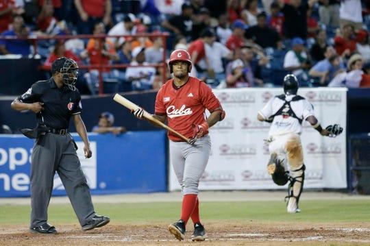 Yosvani Alarcón del equipo Leñadores de las Tunas de Cuba, lamente la derrota.