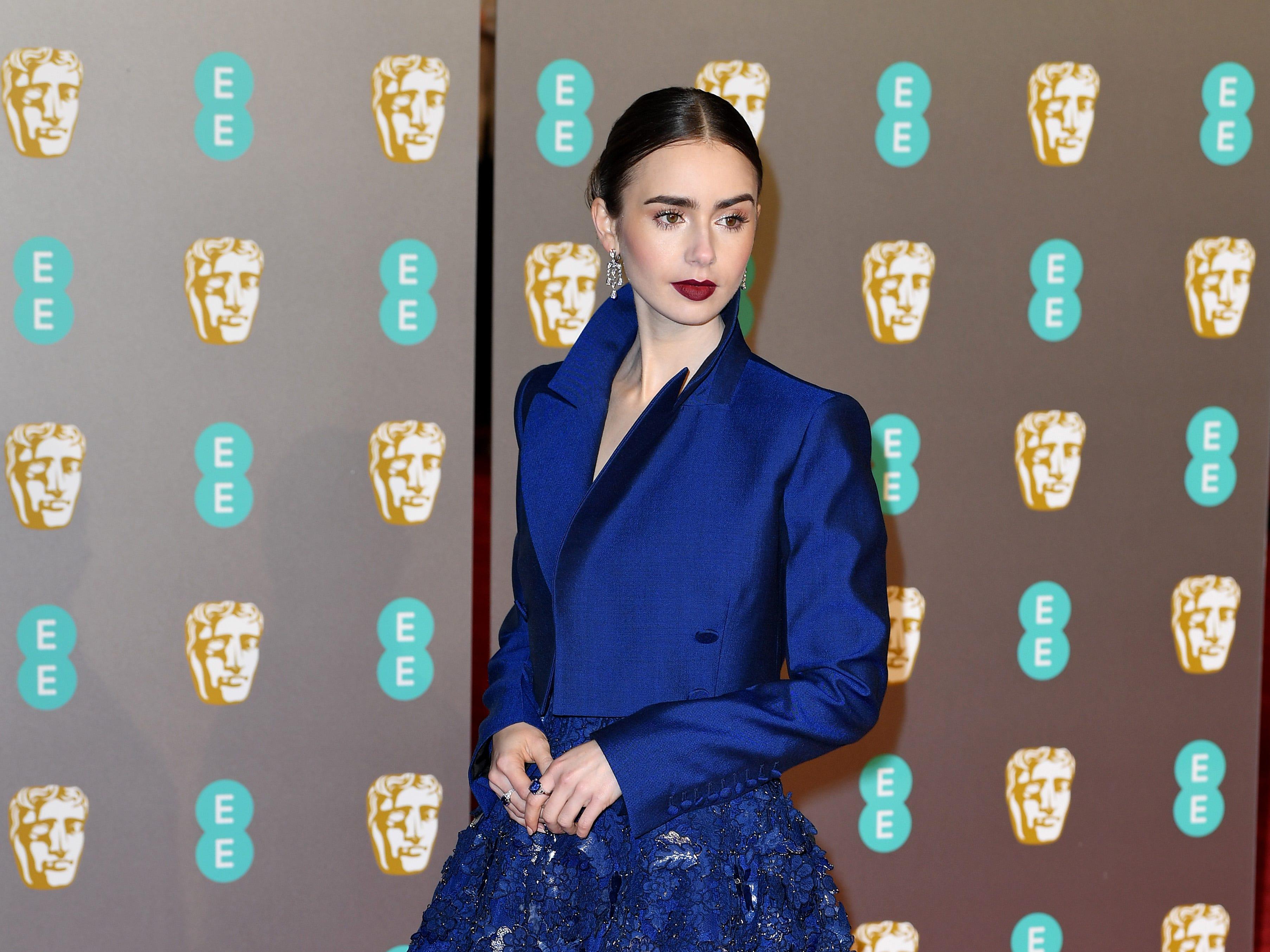 Lily Collins a su llegada a la alfombra roja de los Premios de la Academia Británica de Cine BAFTA en el Royal Albert Hall en Londres el 10 de febrero de 2019.