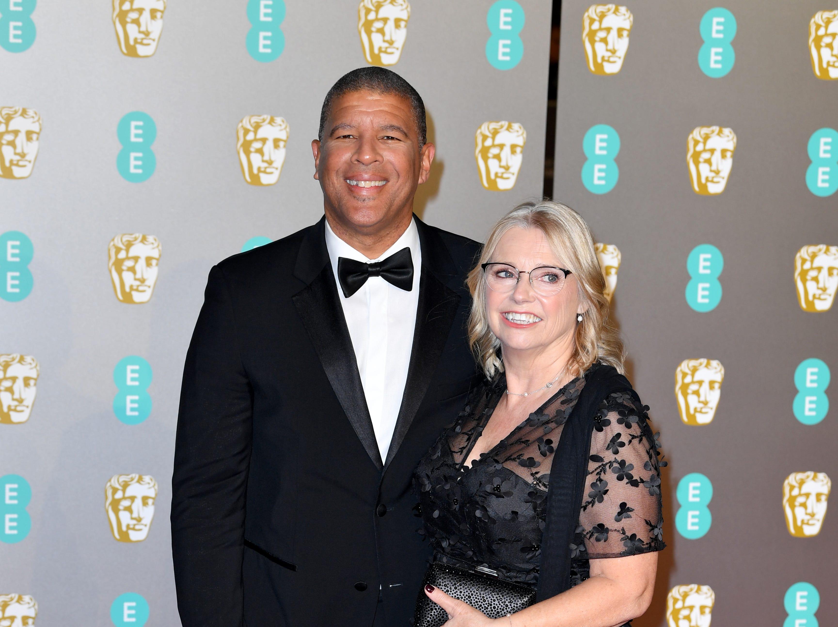 Peter Ramsey (izq) a su llegada a la alfombra roja de los Premios de la Academia Británica de Cine BAFTA en el Royal Albert Hall en Londres el 10 de febrero de 2019.