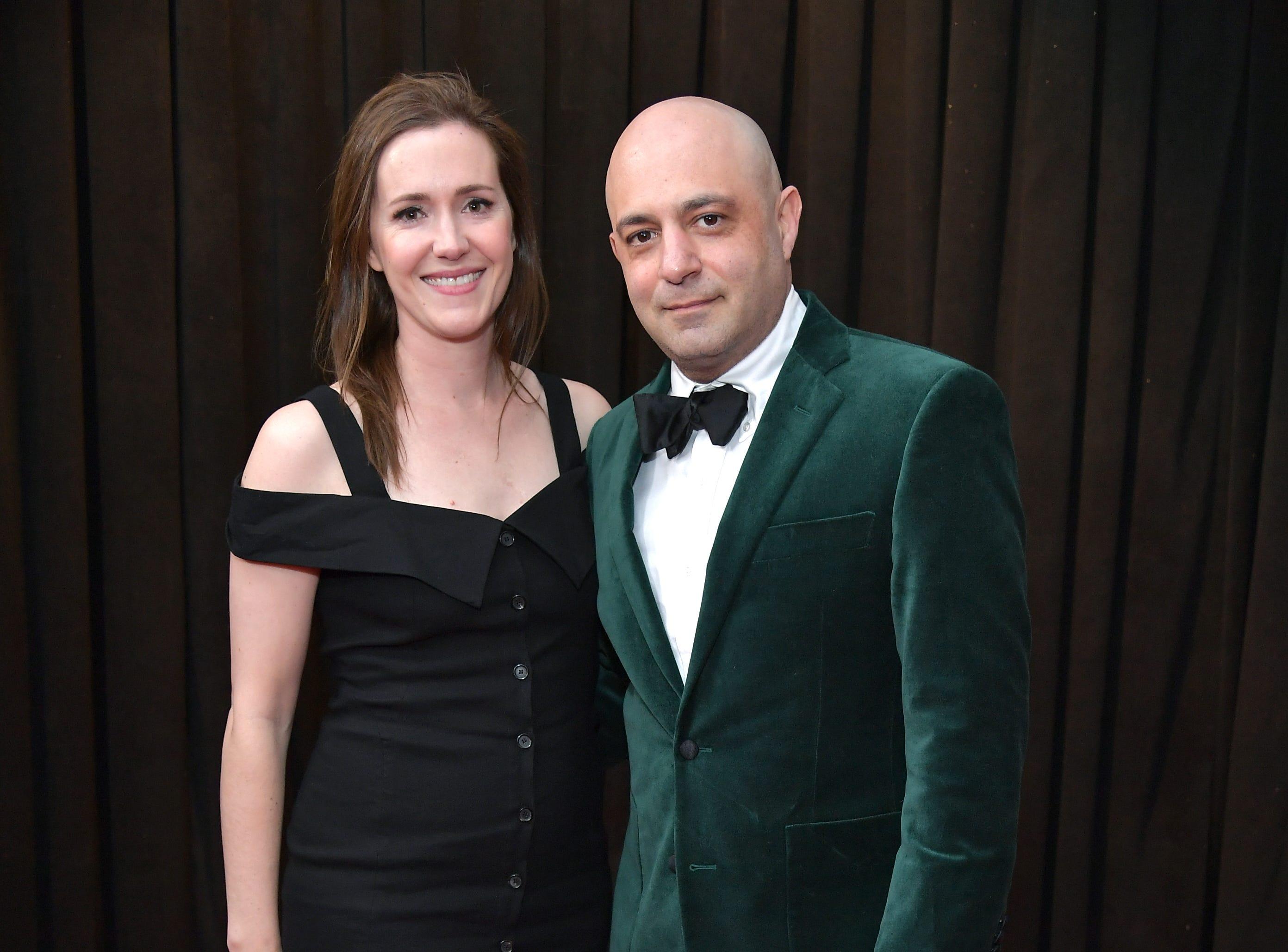 Daniel Tashian (der) y su invitada  asisten a la 61ª edición de los premios GRAMMY en el Staples Center el 10 de febrero de 2019 en Los Ángeles, California.