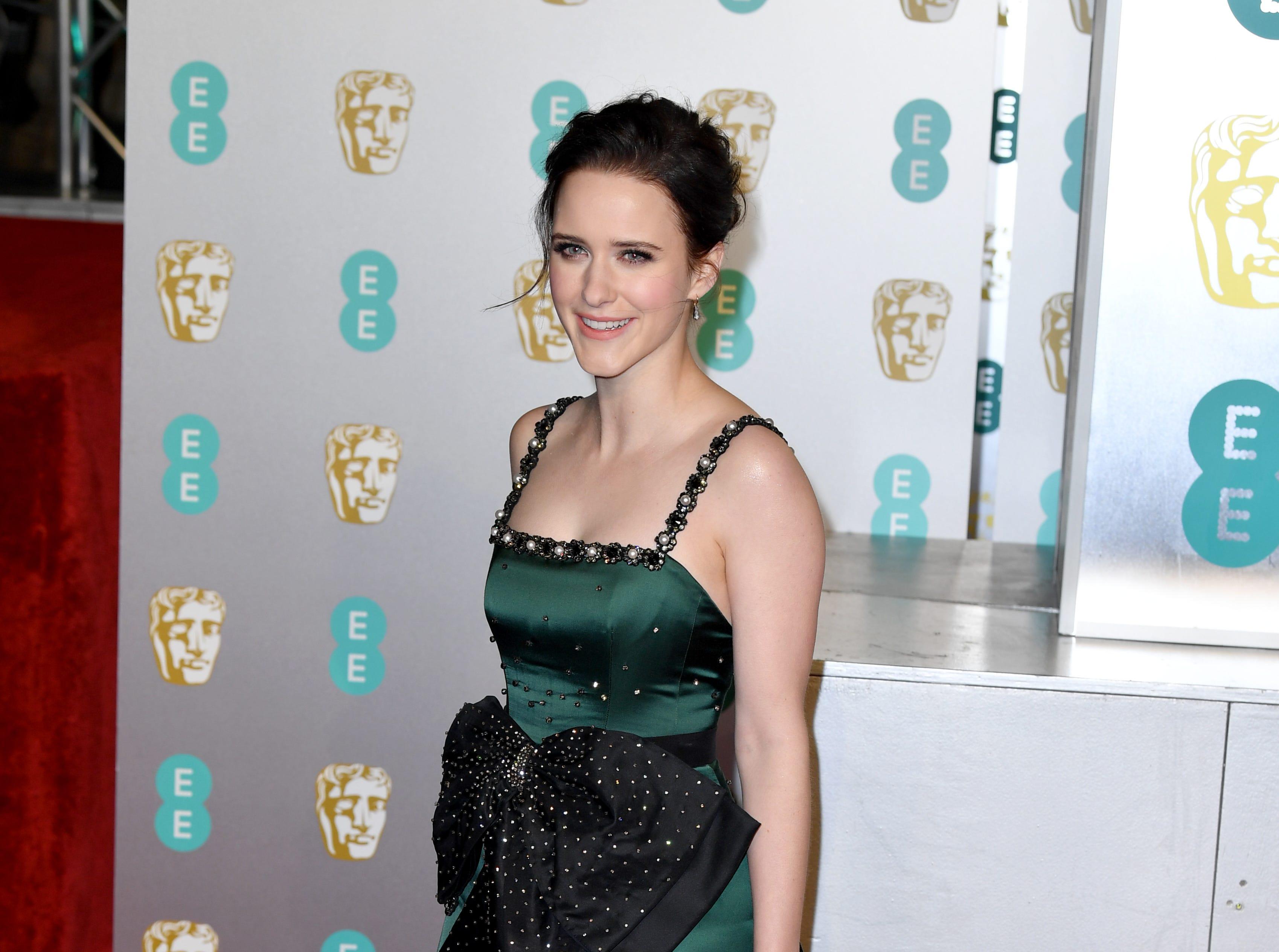 Rachel Brosnahan a su llegada a la alfombra roja de los Premios de la Academia Británica de Cine BAFTA en el Royal Albert Hall en Londres el 10 de febrero de 2019.