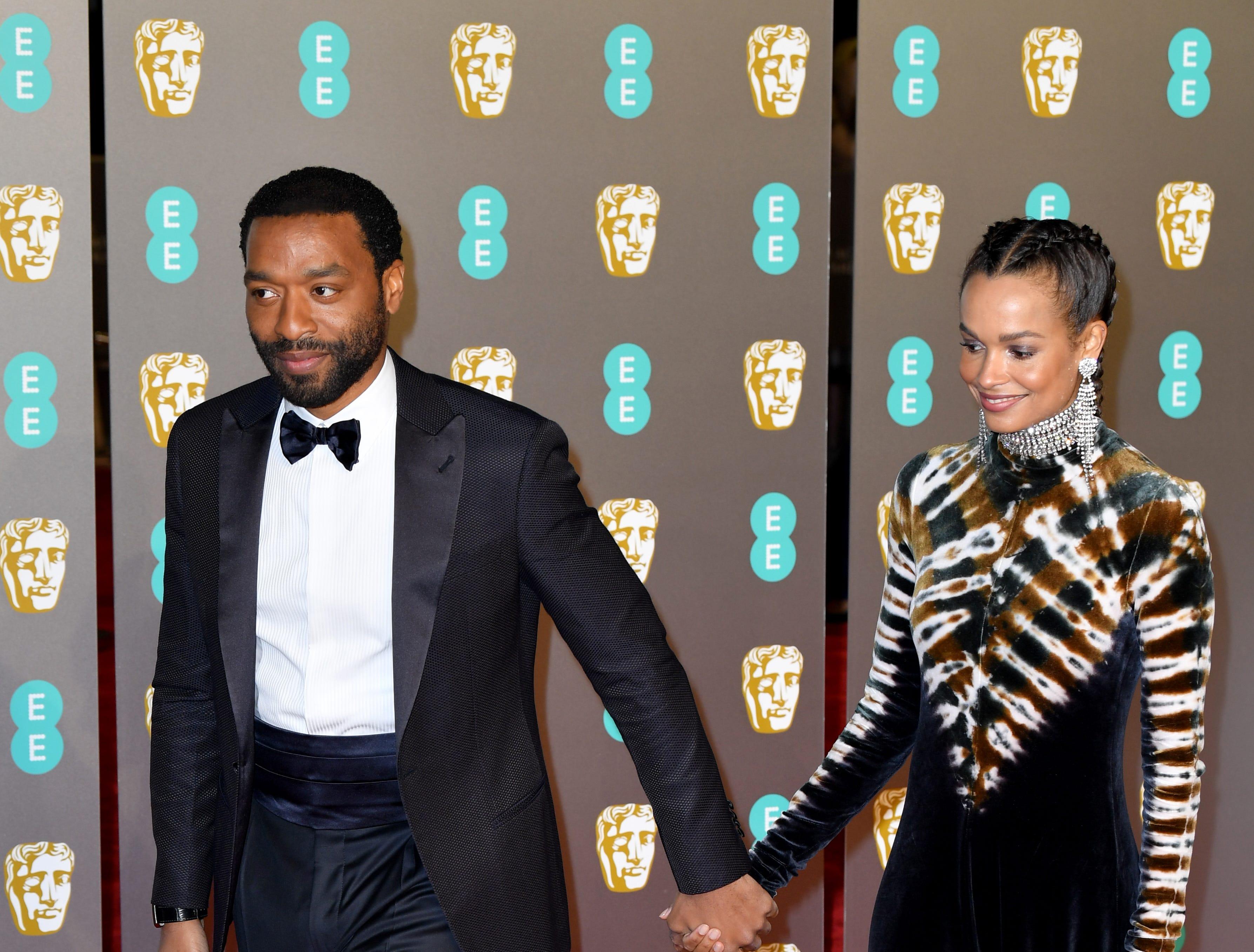 Chiwetel Ejiofor (izq) a su llegada a la alfombra roja de los Premios de la Academia Británica de Cine BAFTA en el Royal Albert Hall en Londres el 10 de febrero de 2019.