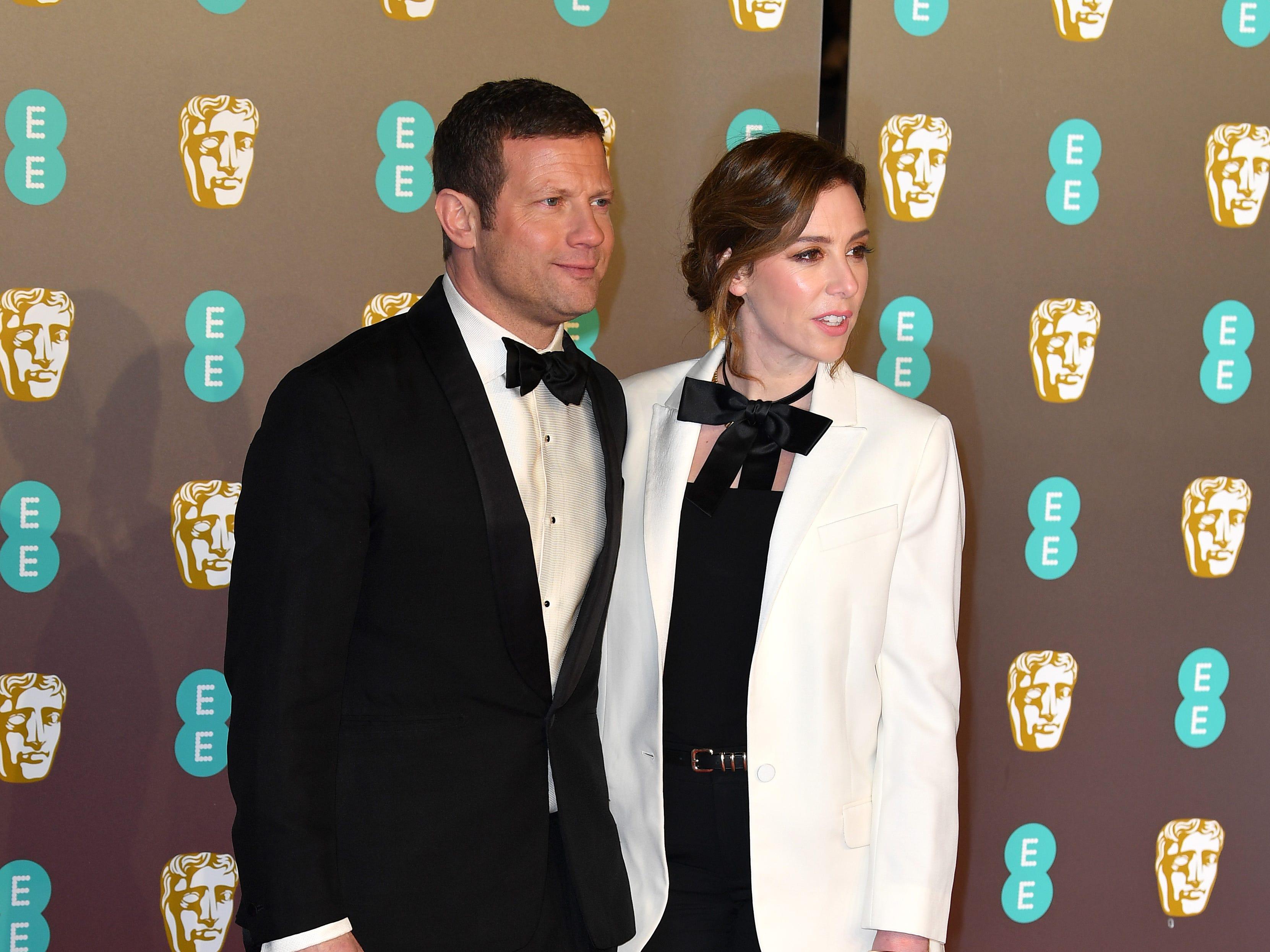 Dermot O'Leary (izq) y Dee Koppang a su llegada a la alfombra roja de los Premios de la Academia Británica de Cine BAFTA en el Royal Albert Hall en Londres el 10 de febrero de 2019.