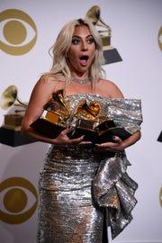 Lady Gaga posa con sus estatuillas Grammy.