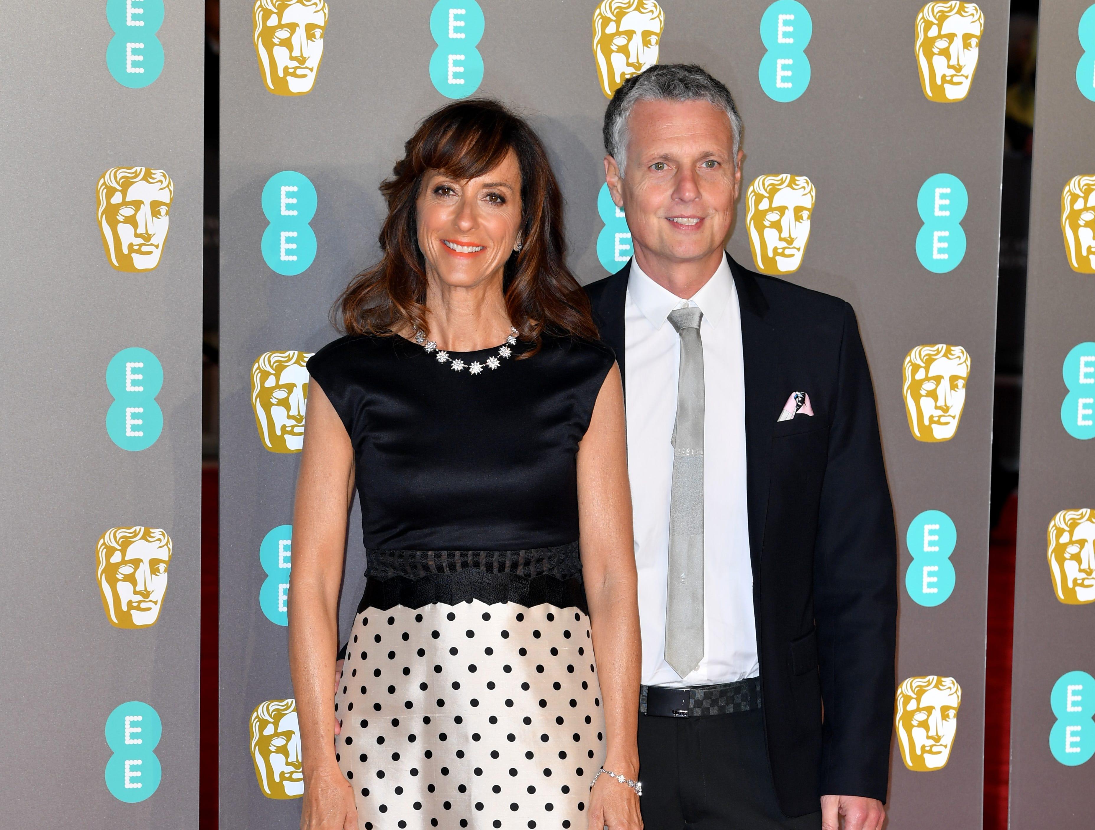 Mary Zophres y su acompañante a su llegada a la alfombra roja de los Premios de la Academia Británica de Cine BAFTA en el Royal Albert Hall en Londres el 10 de febrero de 2019.